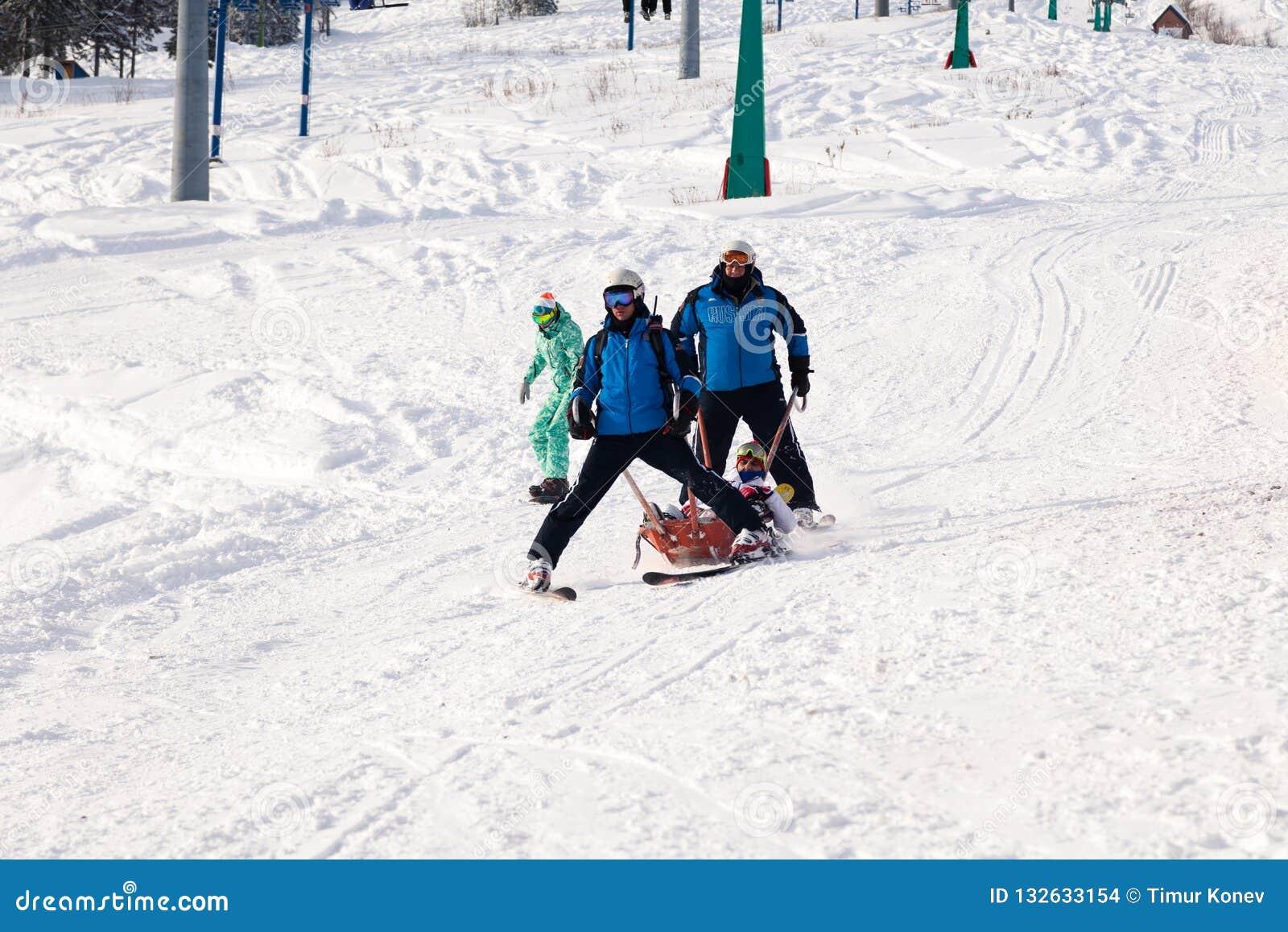 Ο σωτήρας σκι φέρνει ένα κενό λίκνο κάτω από το βουνό έννοια του επικίνδυνου πατινάζ, freeride, τραυματισμένος διάσωση σκιέρ