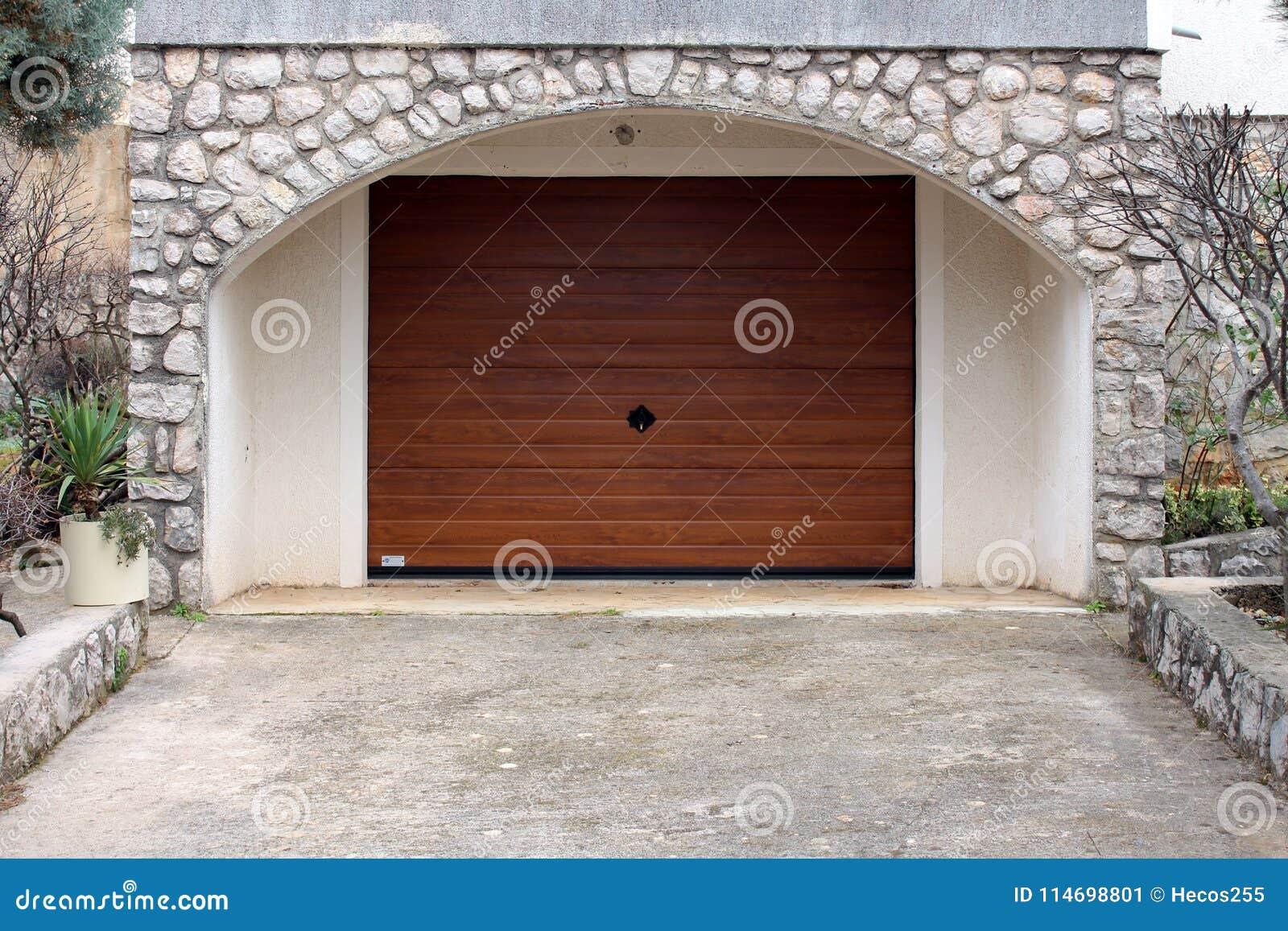 Ο σύγχρονος ρόλος επάνω στην πόρτα γκαράζ μετάλλων με το ξύλινο σιτάρι faux τελειώνει