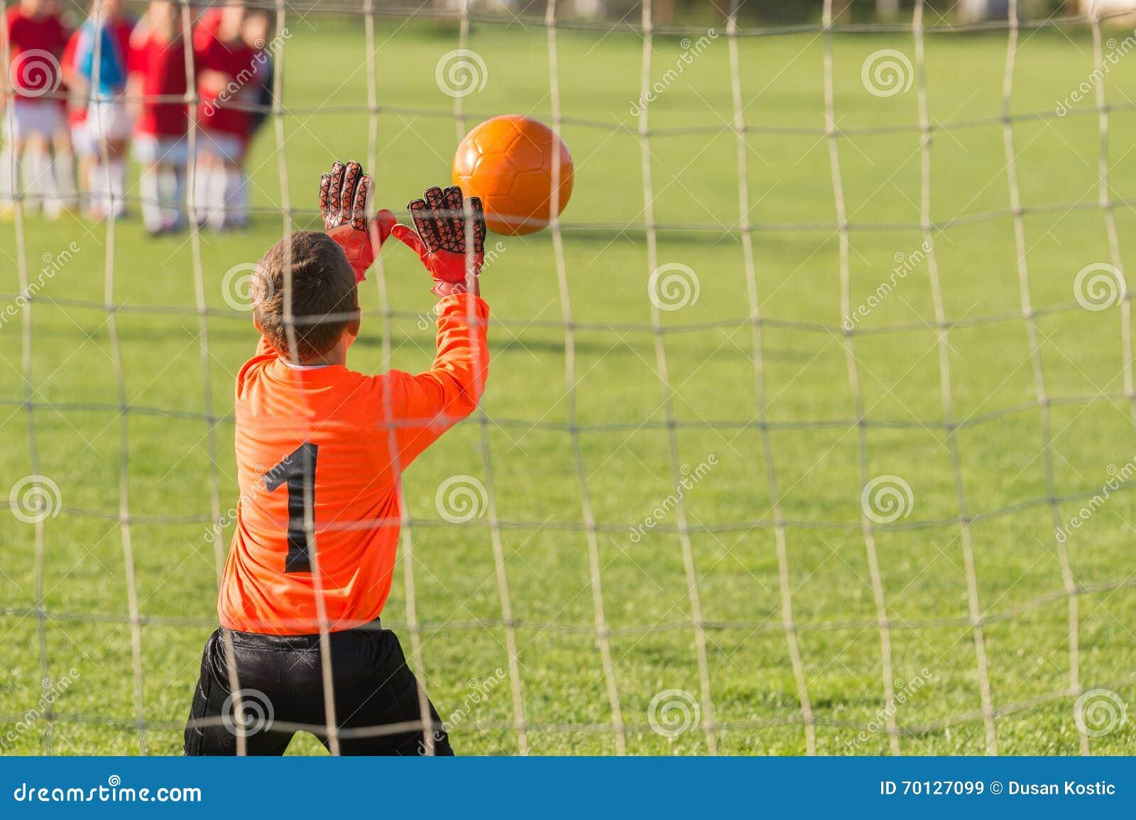 Ο τερματοφύλακας αγοριών υπερασπίζει