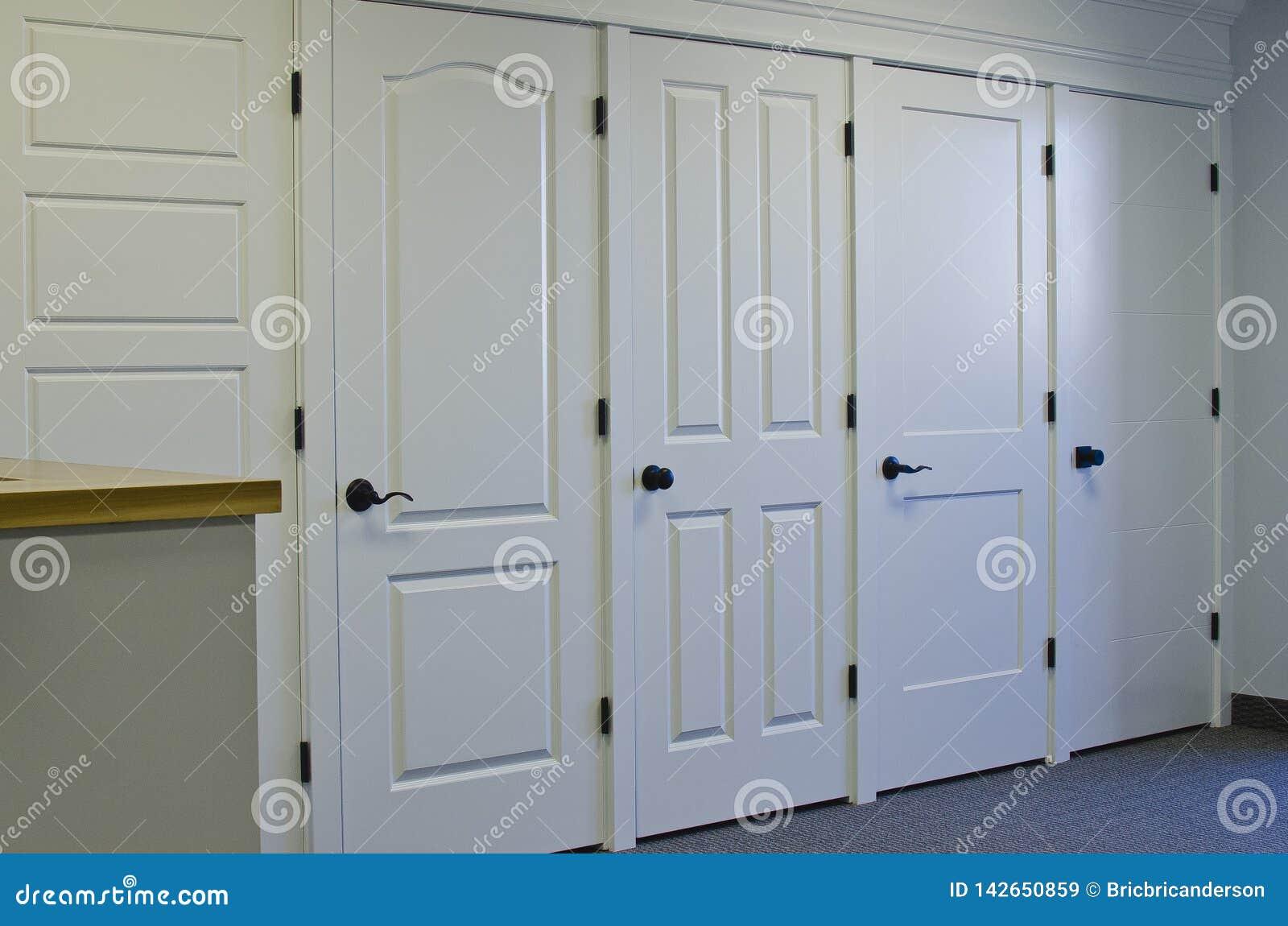 Ο τοίχος πορτών στο μέτωπο της αίθουσας εκθέσεως
