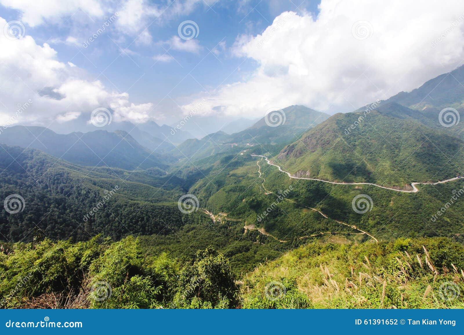 Ο τόνος τραμ ή η πύλη ουρανών περνά στη λαοτιανή επαρχία CAI στο Βιετνάμ