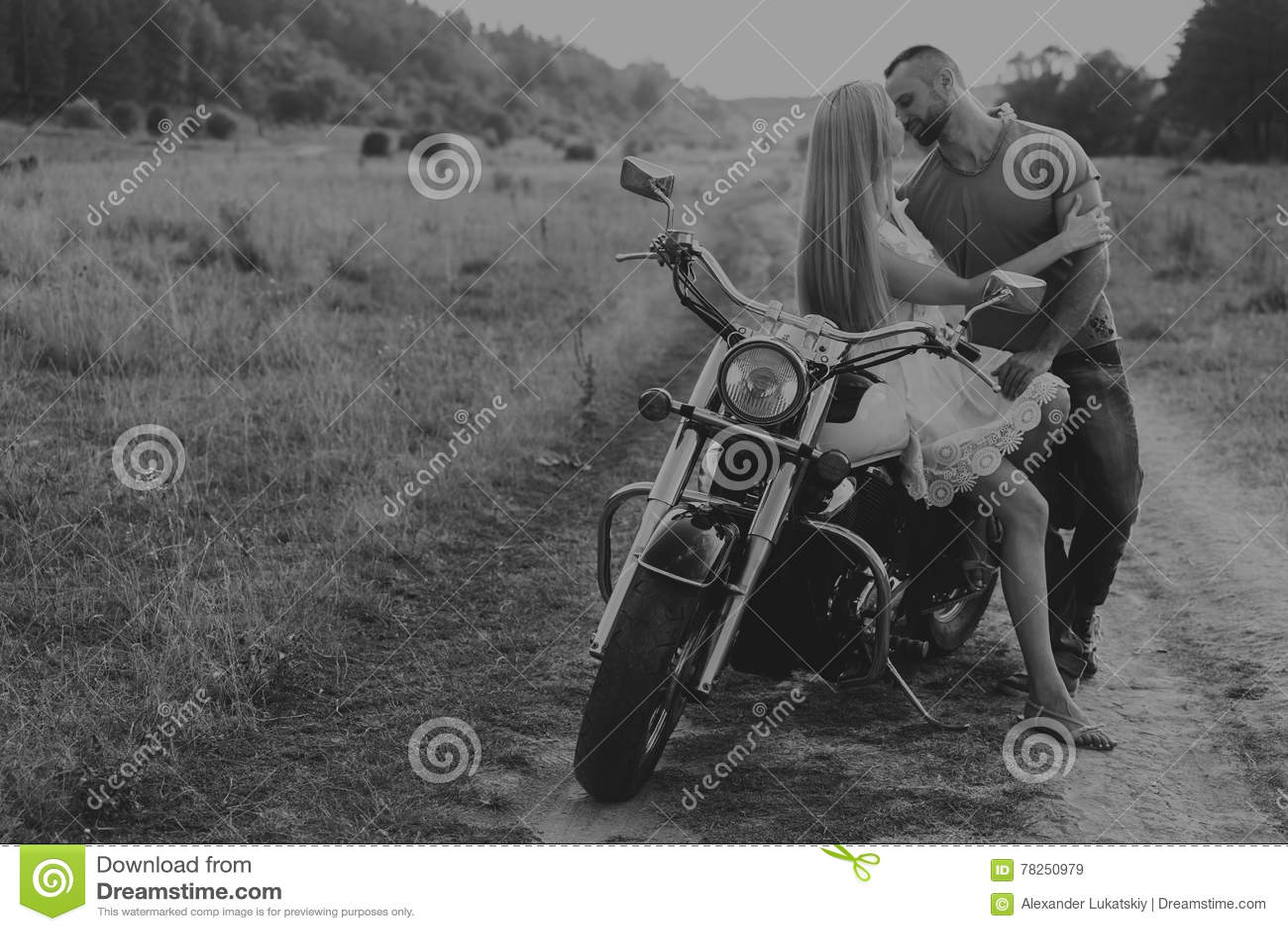 Ο τύπος με το κορίτσι σε έναν τομέα σε μια μοτοσικλέτα
