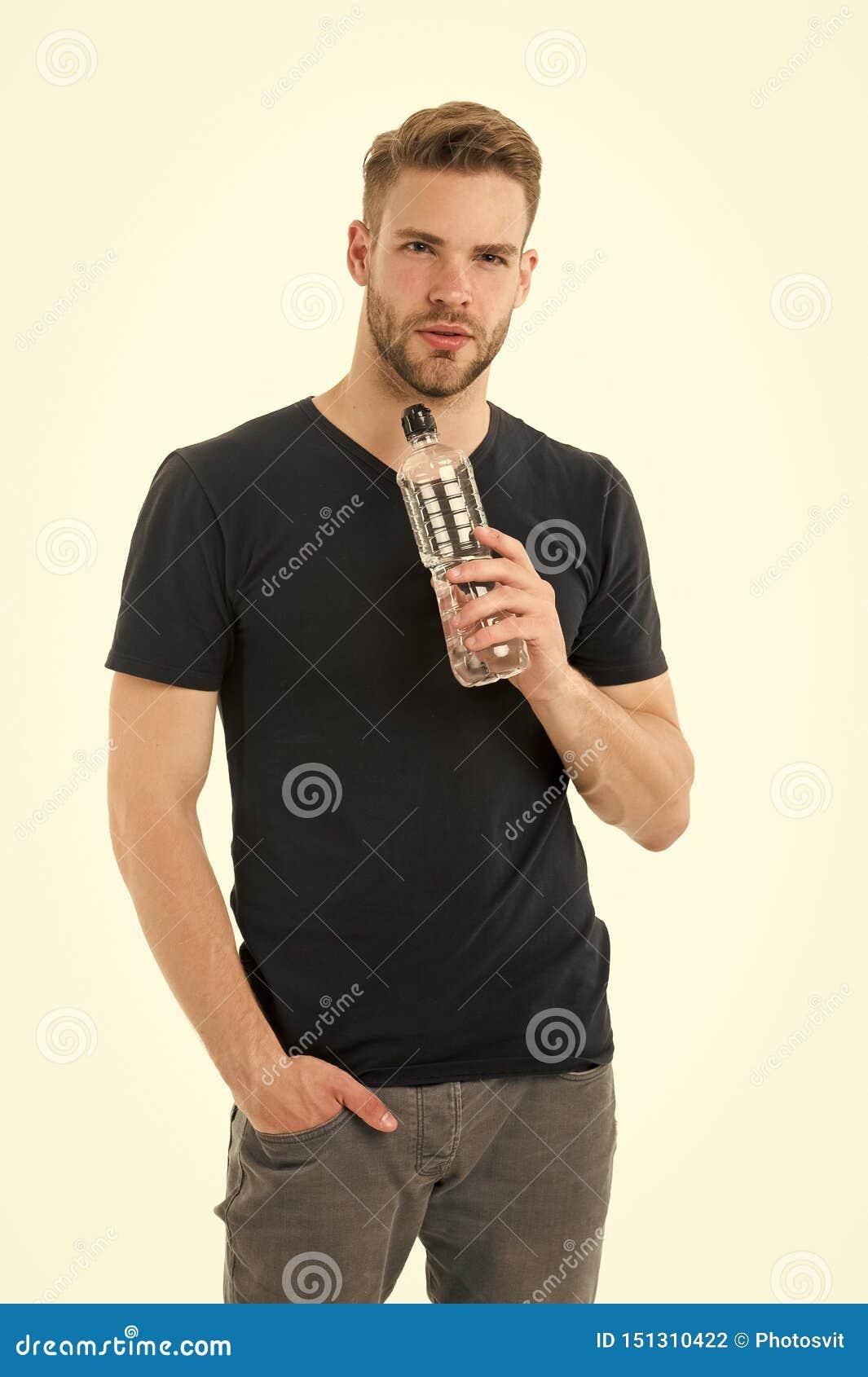Ο τύπος πίνει το νερό στο άσπρο υπόβαθρο Υγεία προσοχής ατόμων και ισορροπία νερού Σώμα τροφοδότησης νερού υδάτωσης προσοχής αθλη