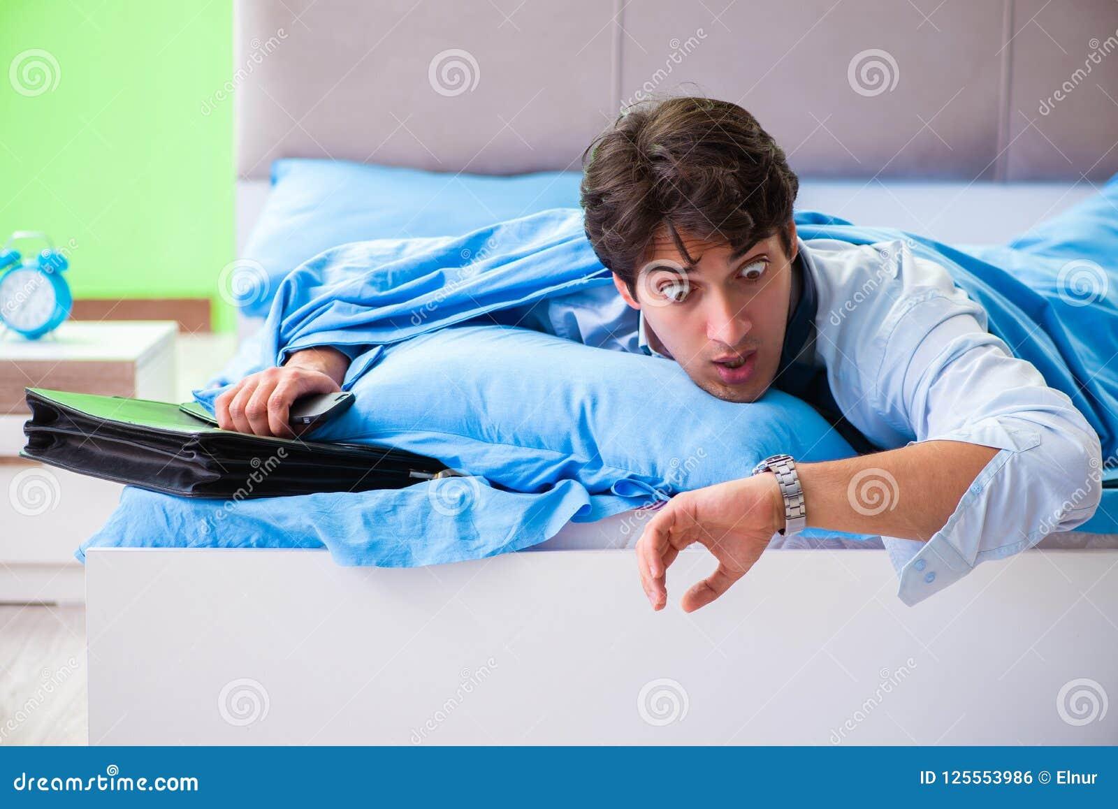 Ο υπάλληλος στην κρεβατοκάμαρα που είναι αργά για την εργασία του