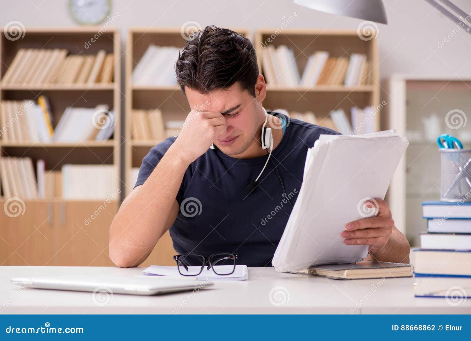 Ο δυστυχισμένος σπουδαστής με πάρα πολύ στη μελέτη