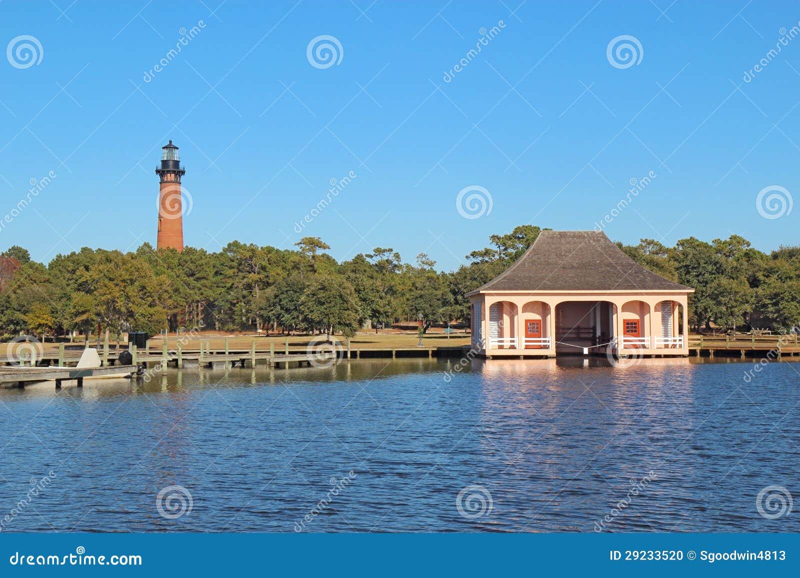 Ο φάρος παραλιών Currituck και boathouse κοντά σε Corolla, ο Βορράς