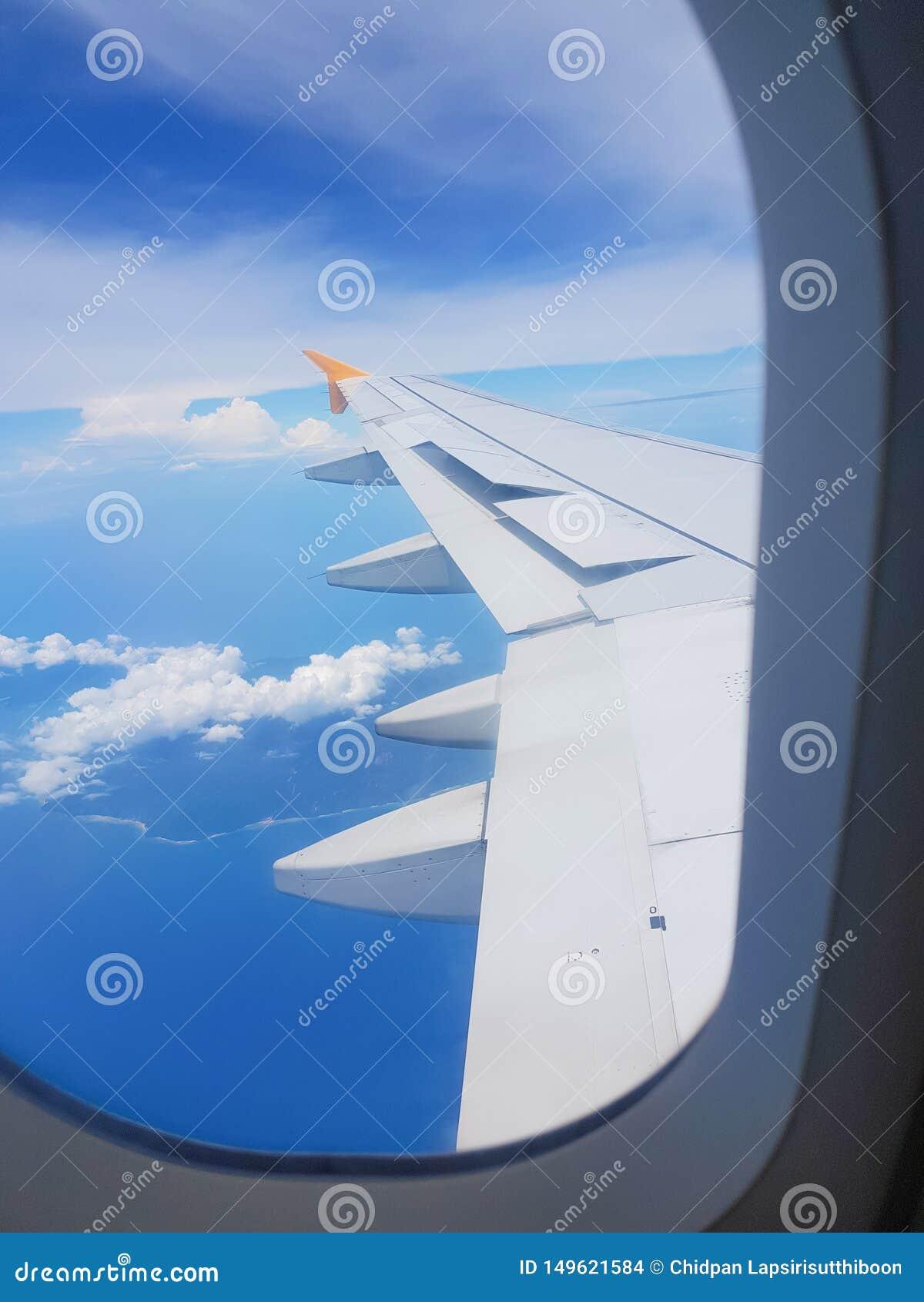 Ο φωτεινός ουρανός Στο βλαστό μέσω ενός παραθύρου αεροπλάνων