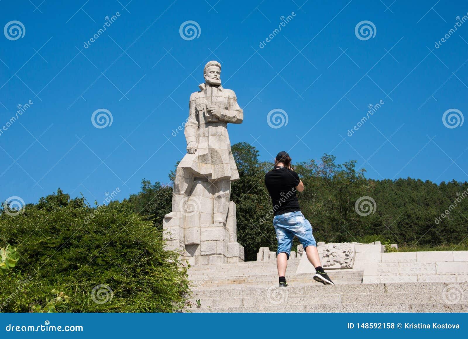 Ο φωτογράφος παίρνει τις φωτογραφίες του μνημείου Hristo Botev στην πόλη Kalofer στη Βουλγαρία