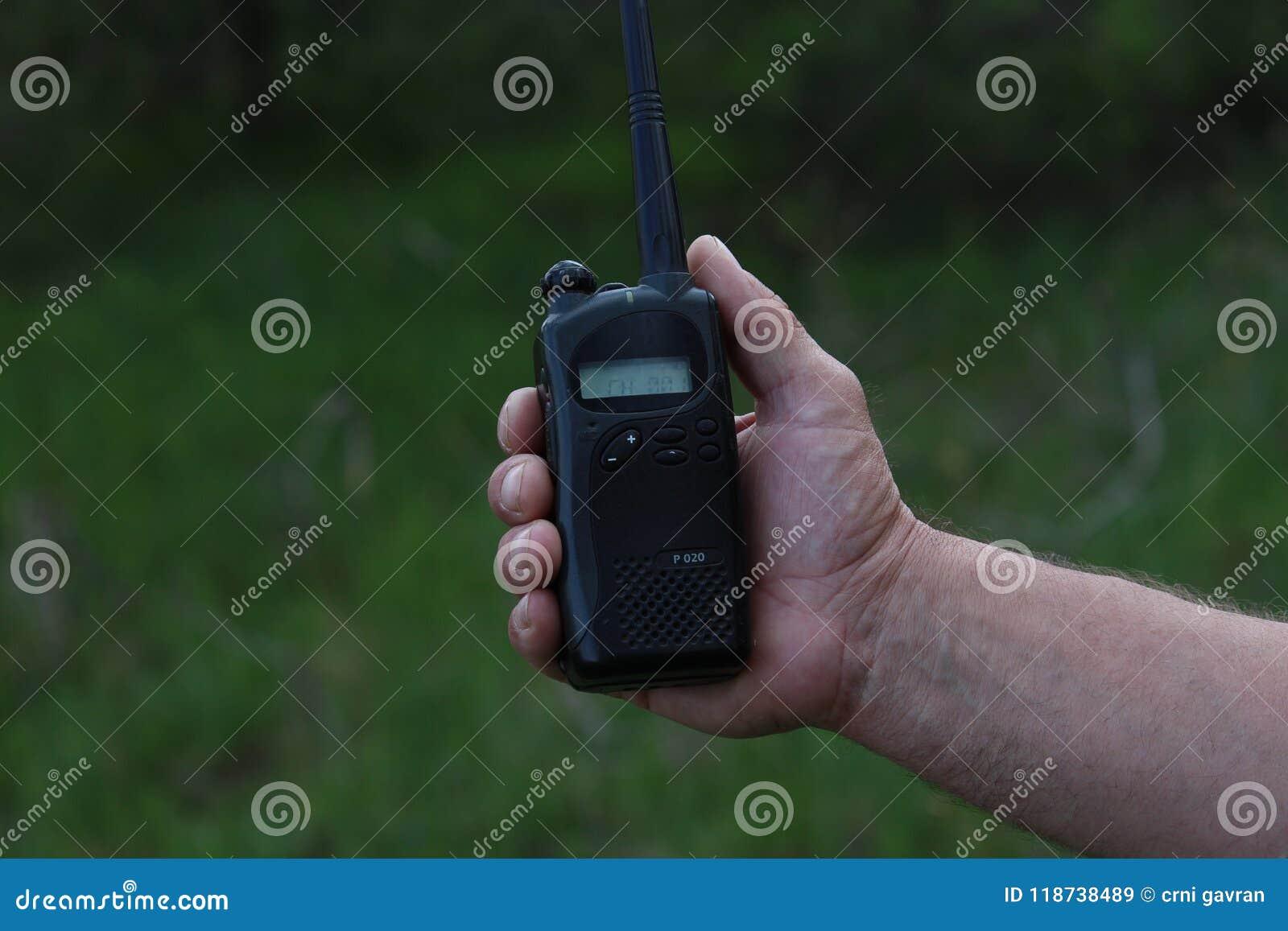 Ο χειριστής στον εργασιακό χώρο διαθέτει τους εργαζομένους με ένα walkie-TA