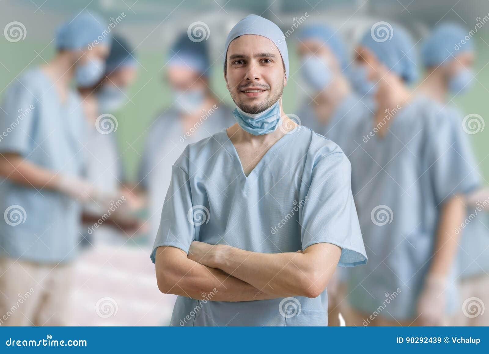 Ο χειρούργος χαμογελά μετά από την επιτυχή λειτουργία ενός ασθενή