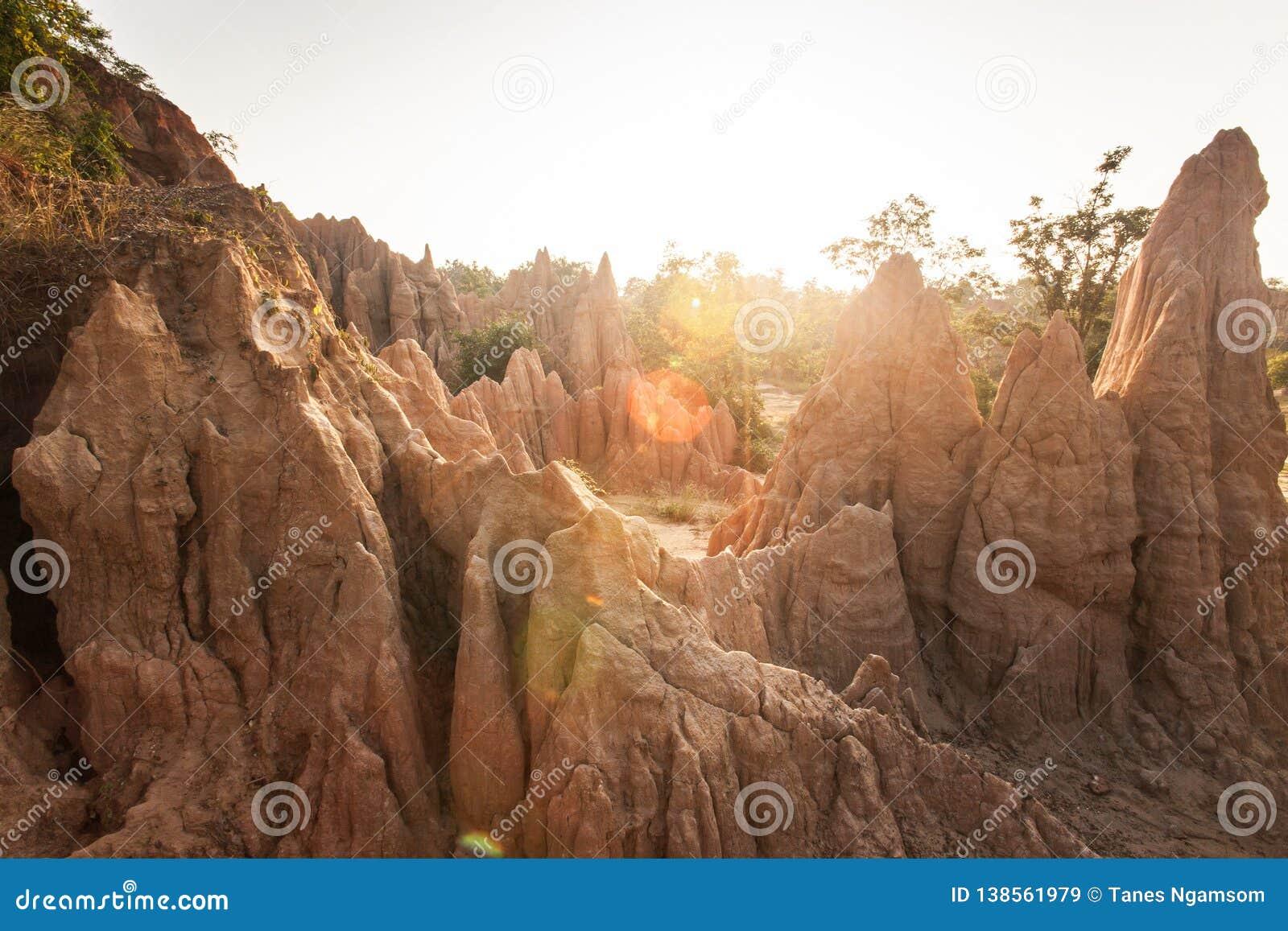 Ο χρυσός ήλιος λάμπει κάτω από γύρω από το γραφικό τοπίο επιδείξεων περιοχών NA Noi Σάο DIN των διαβρωμένων στυλοβατών ψαμμίτη Αρ
