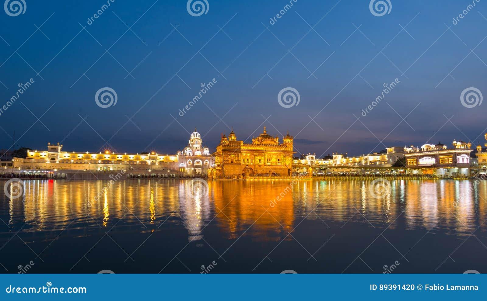 Ο χρυσός ναός σε Amritsar, το Punjab, την Ινδία, το πιό ιερές εικονίδιο και τη θέση λατρείας της σιχ θρησκείας Φωτισμένος στη νύχ