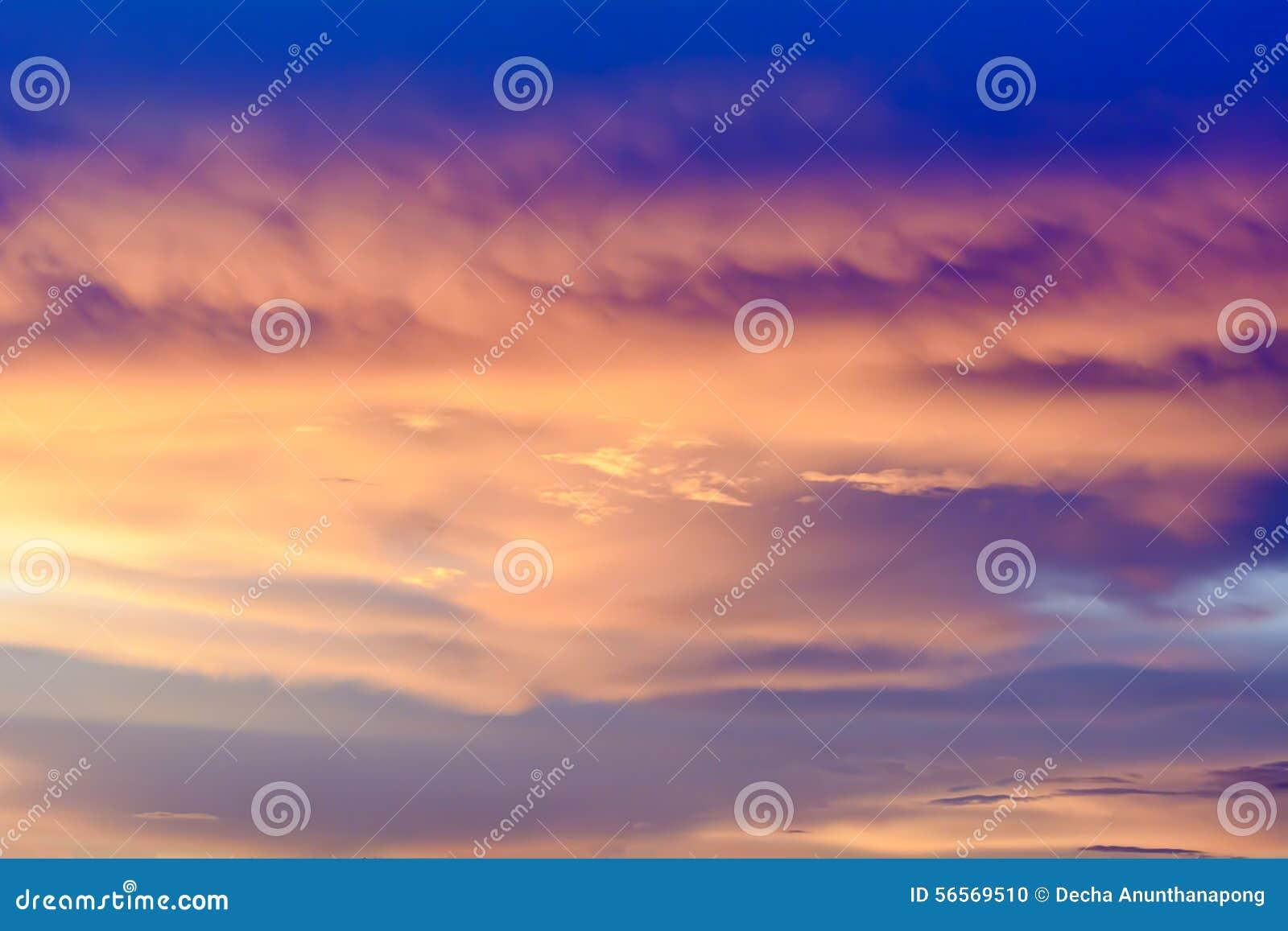 Download Ο χρυσός ουρανός είναι πολύ όμορφος και του ήλιου ακριβώς μέσα Στοκ Εικόνες - εικόνα από birdbaths, συννεφιασμένος: 56569510
