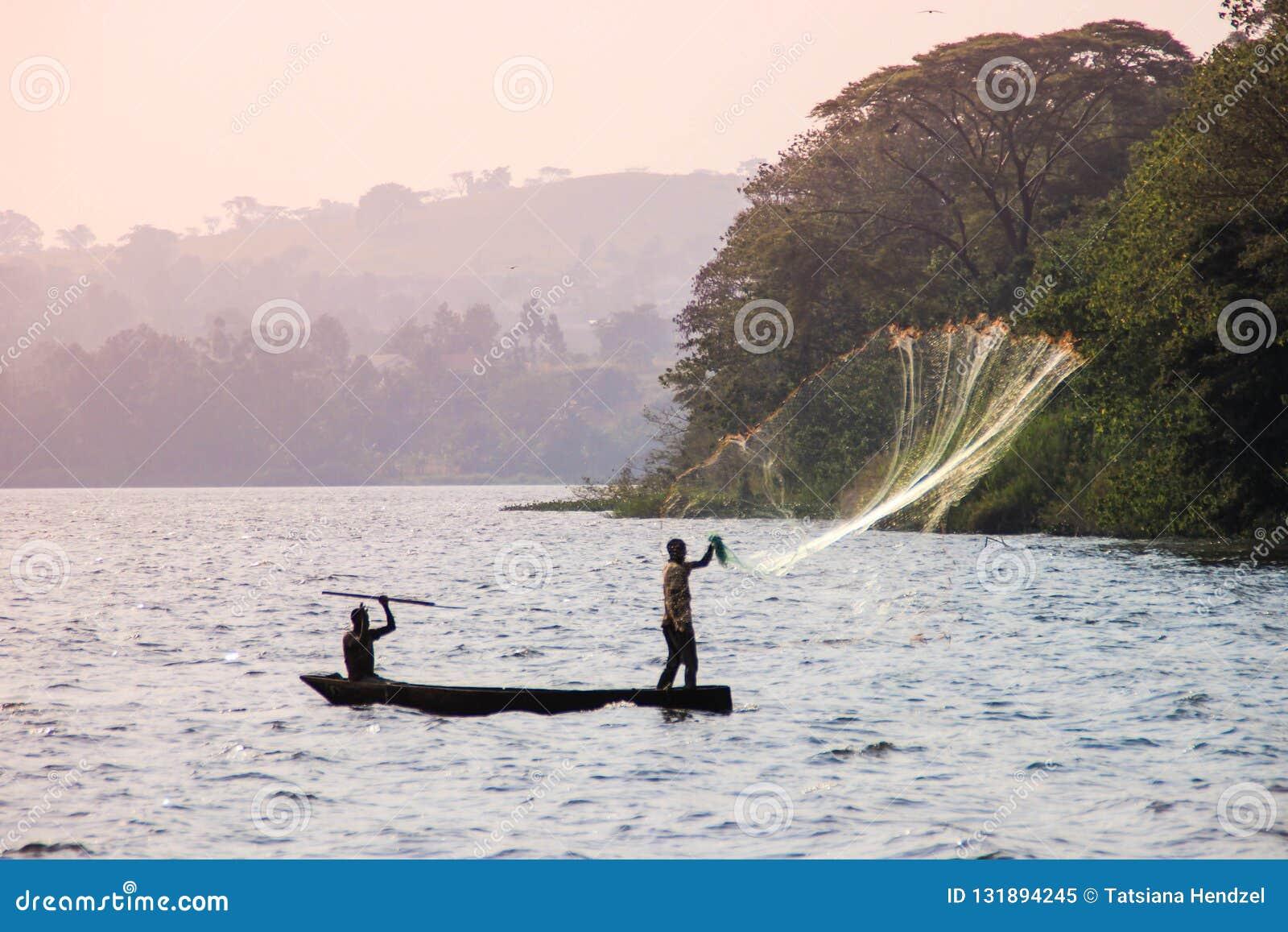 Ο ψαράς ρίχνει ένα δίχτυ στη λίμνη Βικτώρια