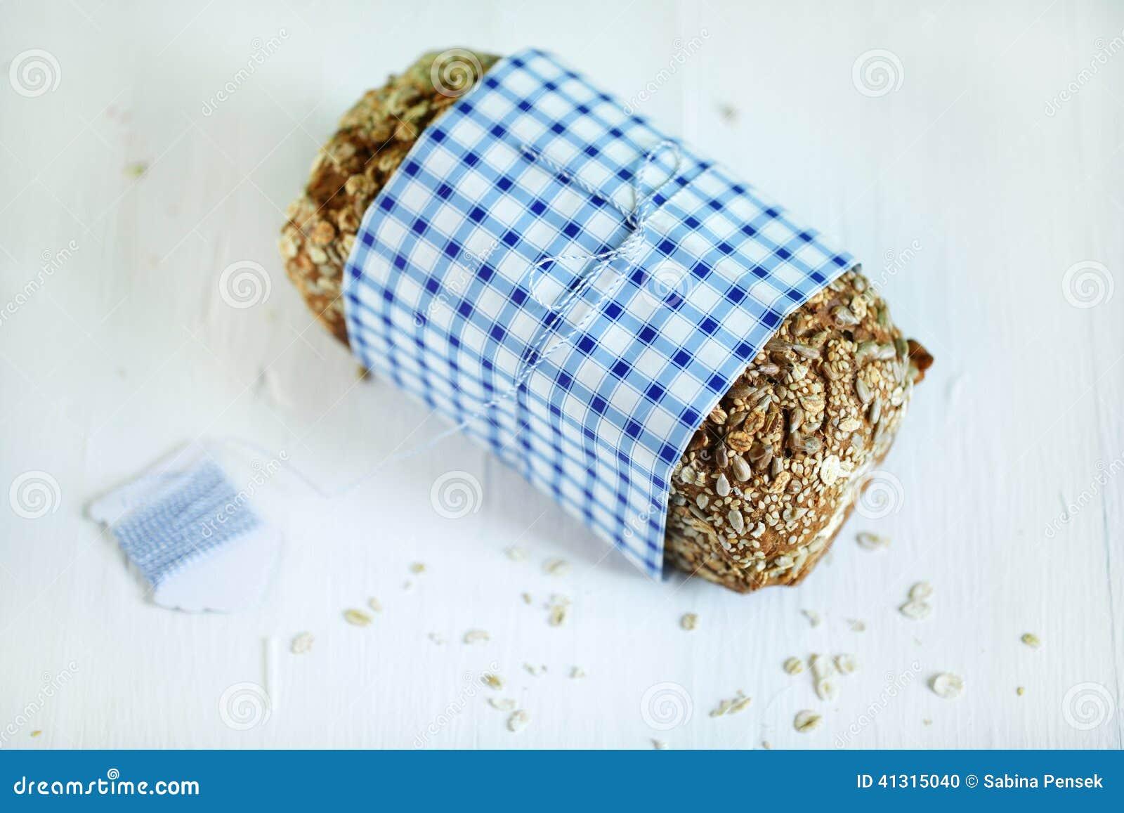 Ολόκληρη φραντζόλα ψωμιού σιταριού σίκαλης με τους σπόρους και τις βρώμες