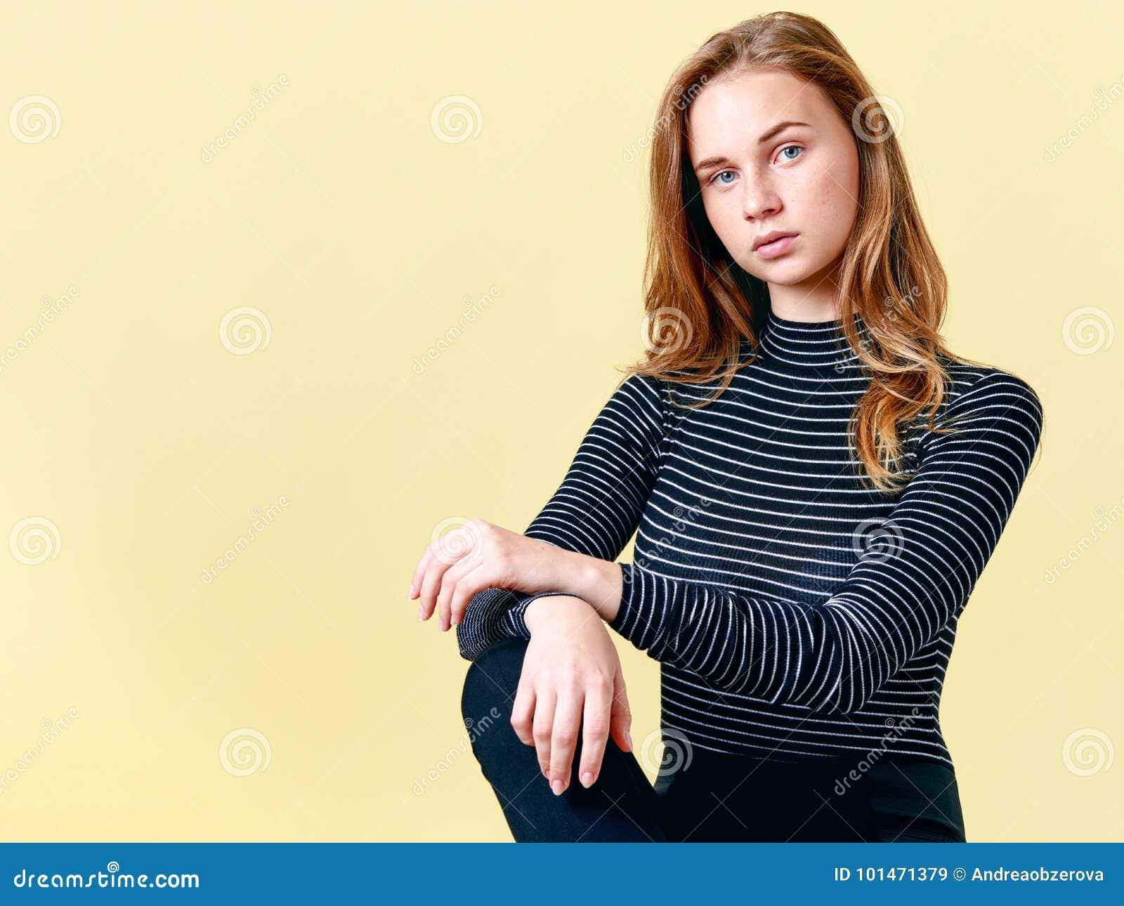 Ο όμορφος redhead έφηβος με τις φακίδες που θέτουν για το πορτρέτο μόδας, κρητιδογραφία χρωματίζει το υπόβαθρο πανέμορφες νεολαίε
