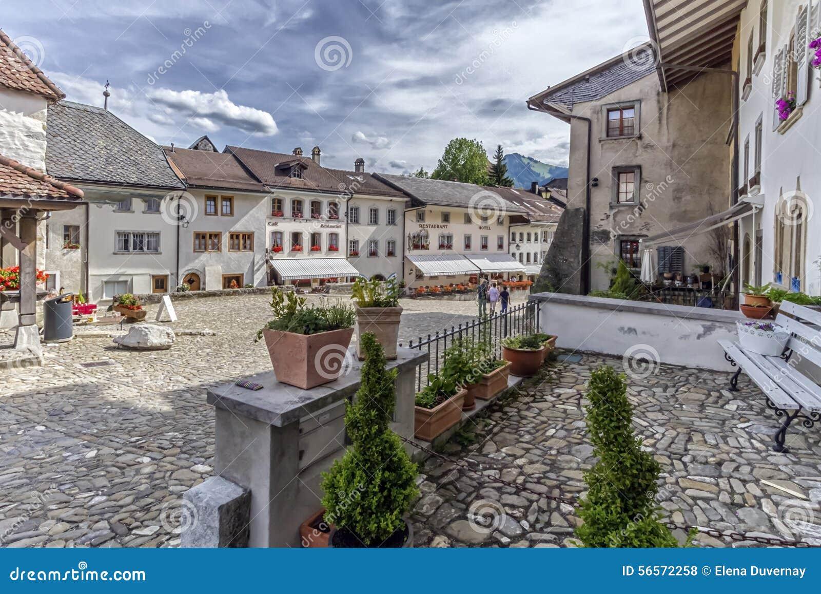 Download Οδός στο χωριό Gruyeres, Fribourg, Ελβετία Στοκ Εικόνες - εικόνα από βακκινίων, οδός: 56572258