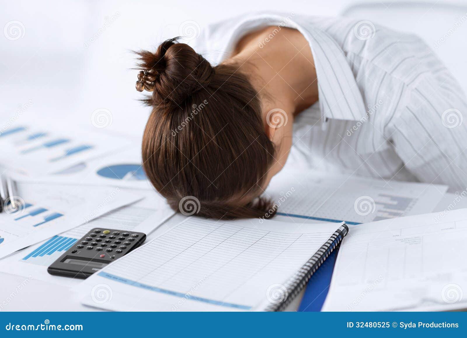 Ο ύπνος γυναικών στην εργασία σε αστείο θέτει