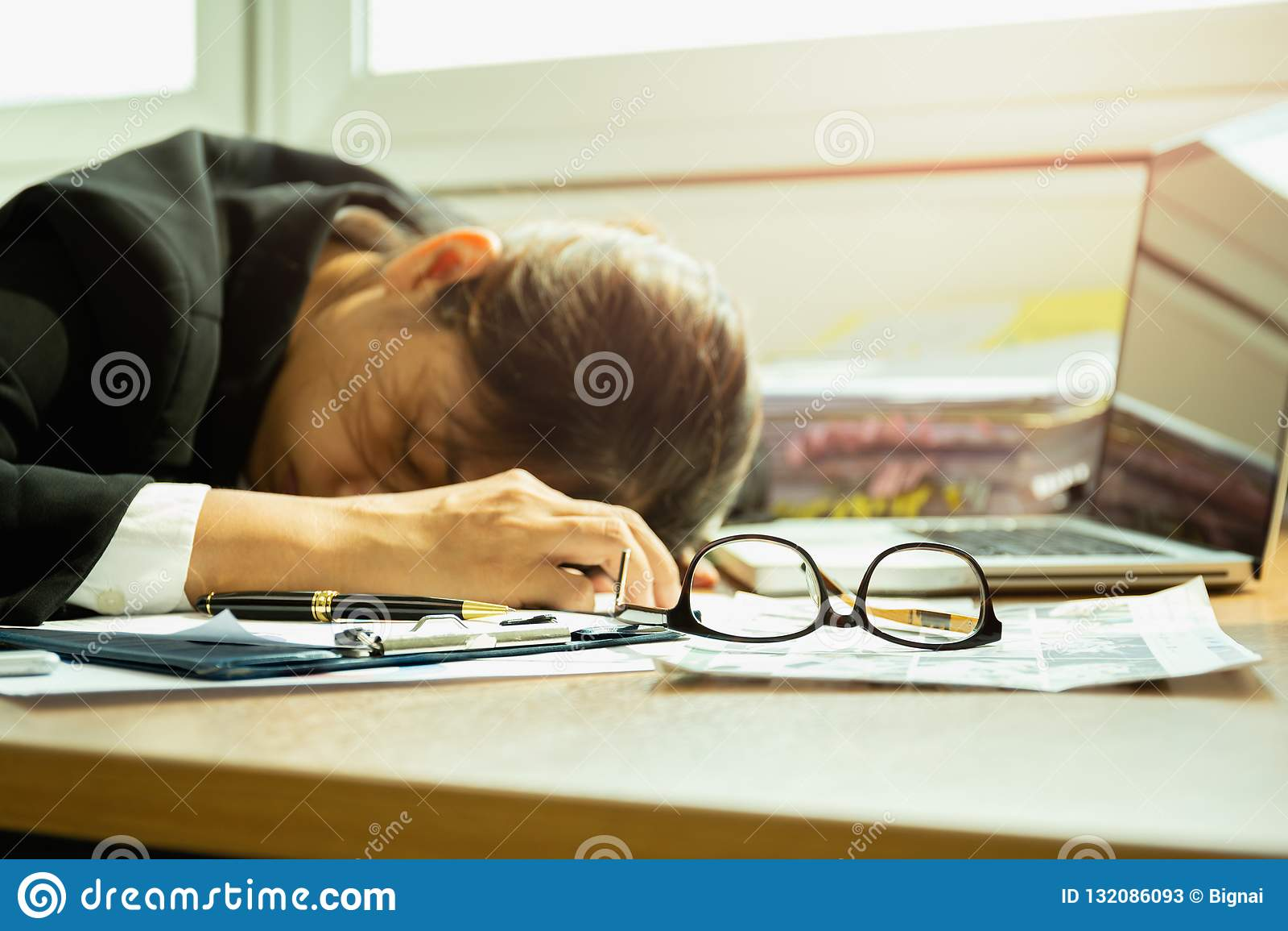 Ο ύπνος επιχειρηματιών στο γραφείο εργασίας επέλεξε την εστίαση στα γυαλιά