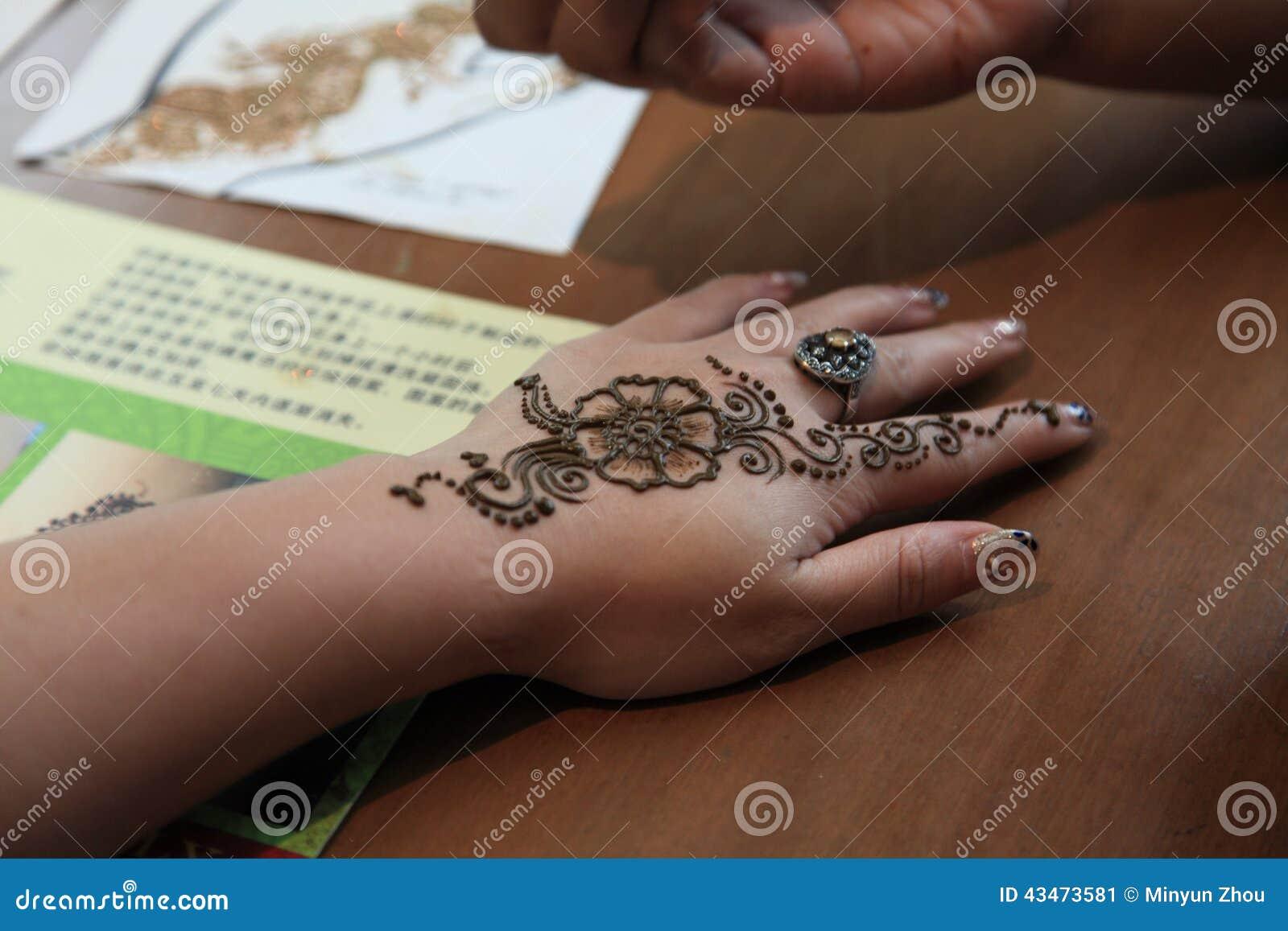 纹身花刺艺术家在一点印度在新加坡