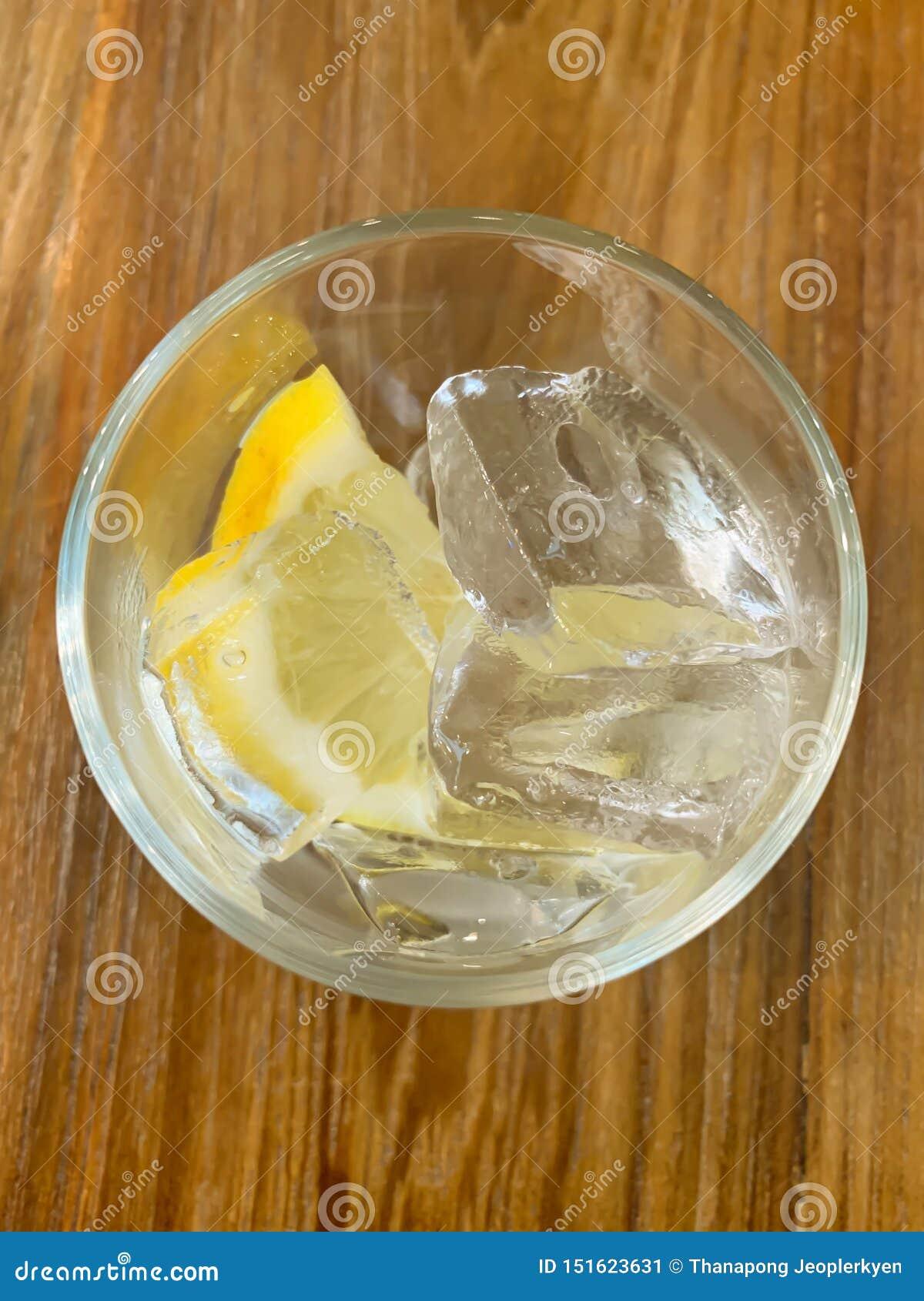 Πάγος και λεμόνι γυαλιού στον πίνακα