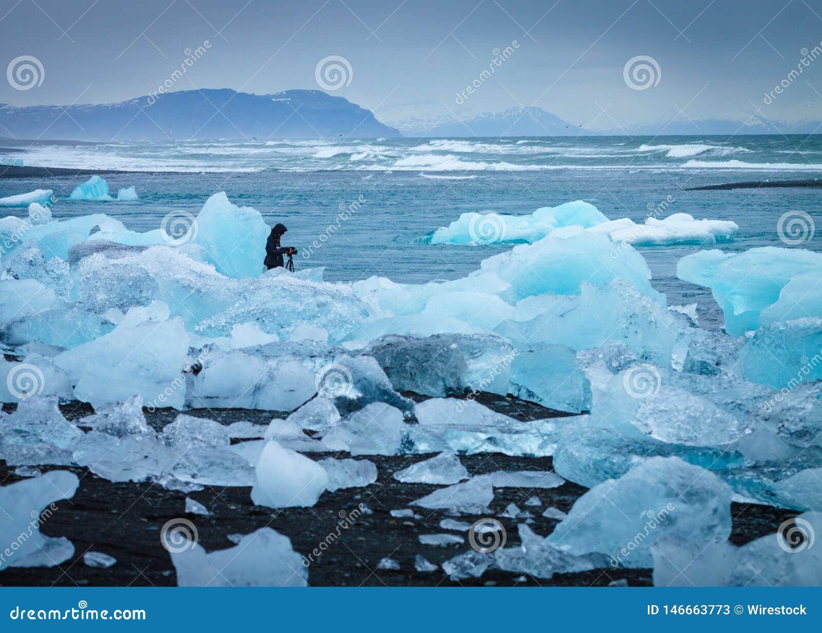 Πάγος στην ακτή με έναν φωτογράφο