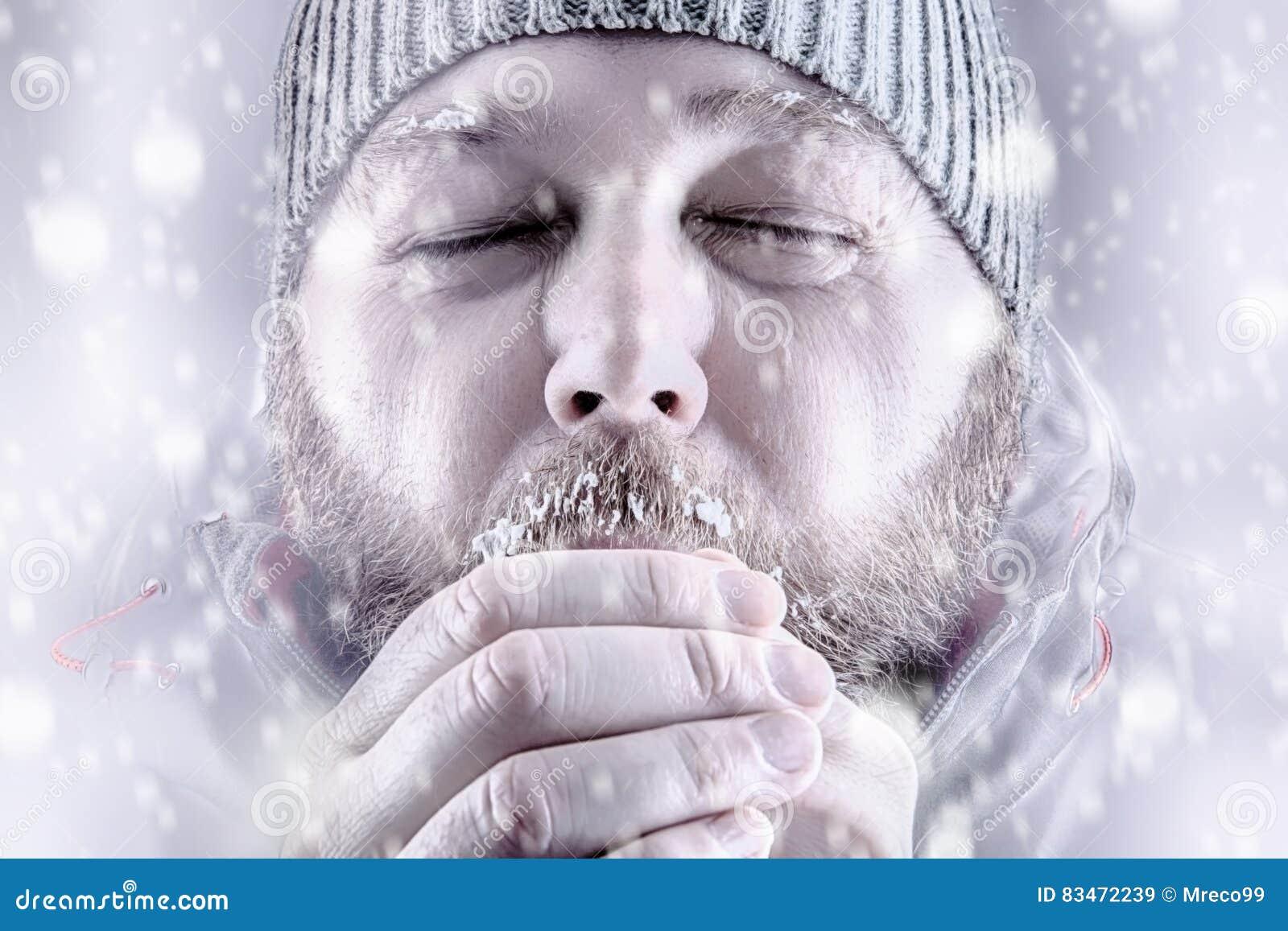 Πάγωμα ατόμων στο λευκό θύελλας χιονιού έξω κοντά επάνω