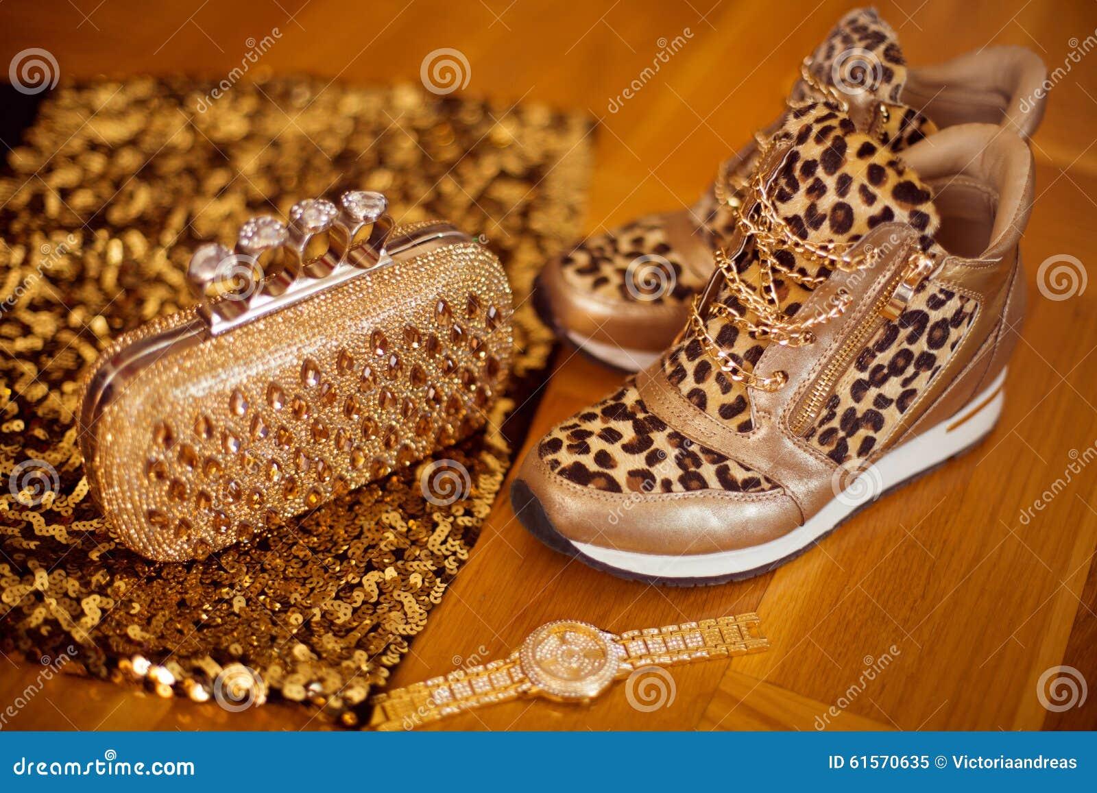 1035a1a9bc6 Πάνινα παπούτσια λεοπαρδάλεων μόδας με Wristwatch και το πορτοφόλι ...