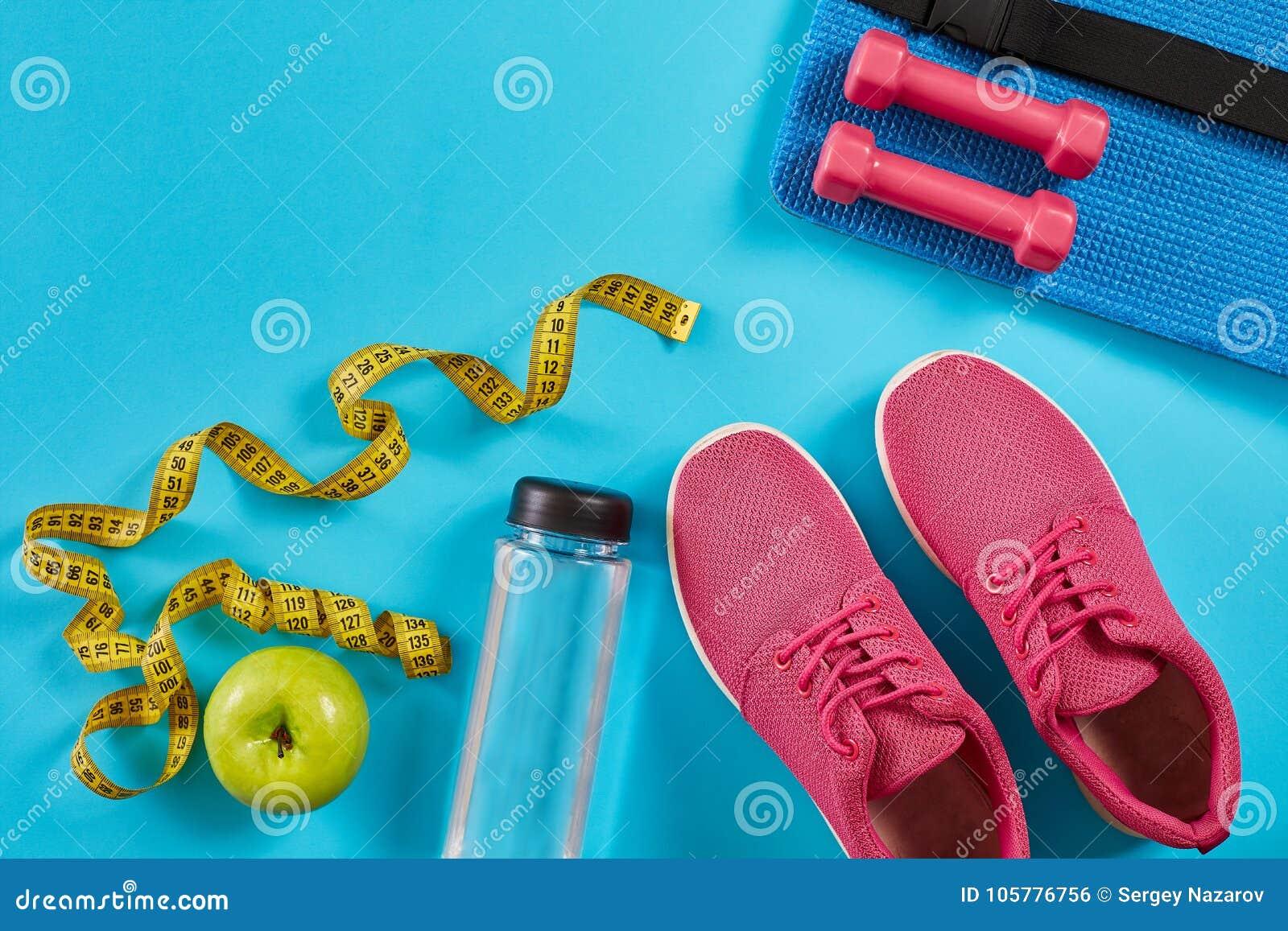 8e5705b05d3 Πάνινα παπούτσια με τη μέτρηση της ταινίας στο κυανό μπλε υπόβαθρο  Εκατοστόμετρο στο κίτρινο χρώμα,