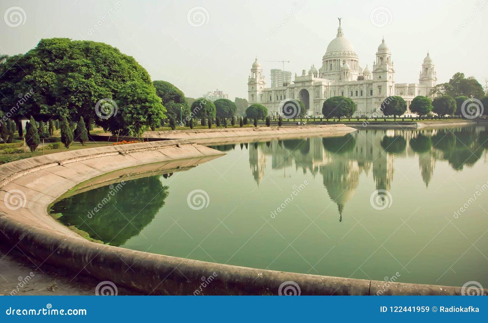Πάρκο γύρω από την αναμνηστική αίθουσα Βικτώριας σε Kolkata Νερό στη λίμνη κοντά στο αναμνηστικό, ιστορικό παλάτι στην Ινδία
