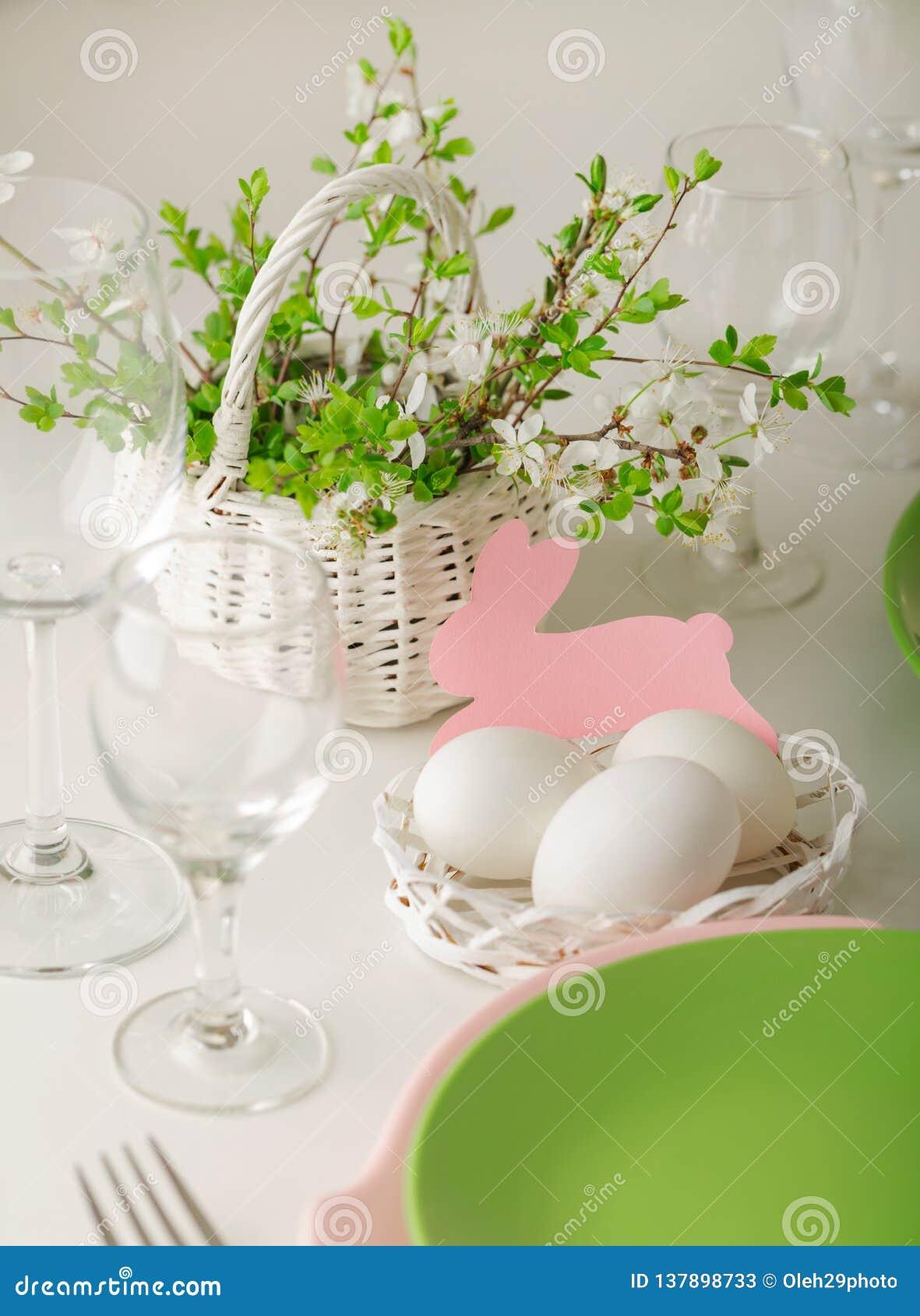 Πάσχα ευτυχές Ρύθμιση ντεκόρ και πινάκων του πίνακα Πάσχας - κλάδοι του ανθίζοντας δέντρου άνοιξη, πιάτα του ρόδινου και πράσινου