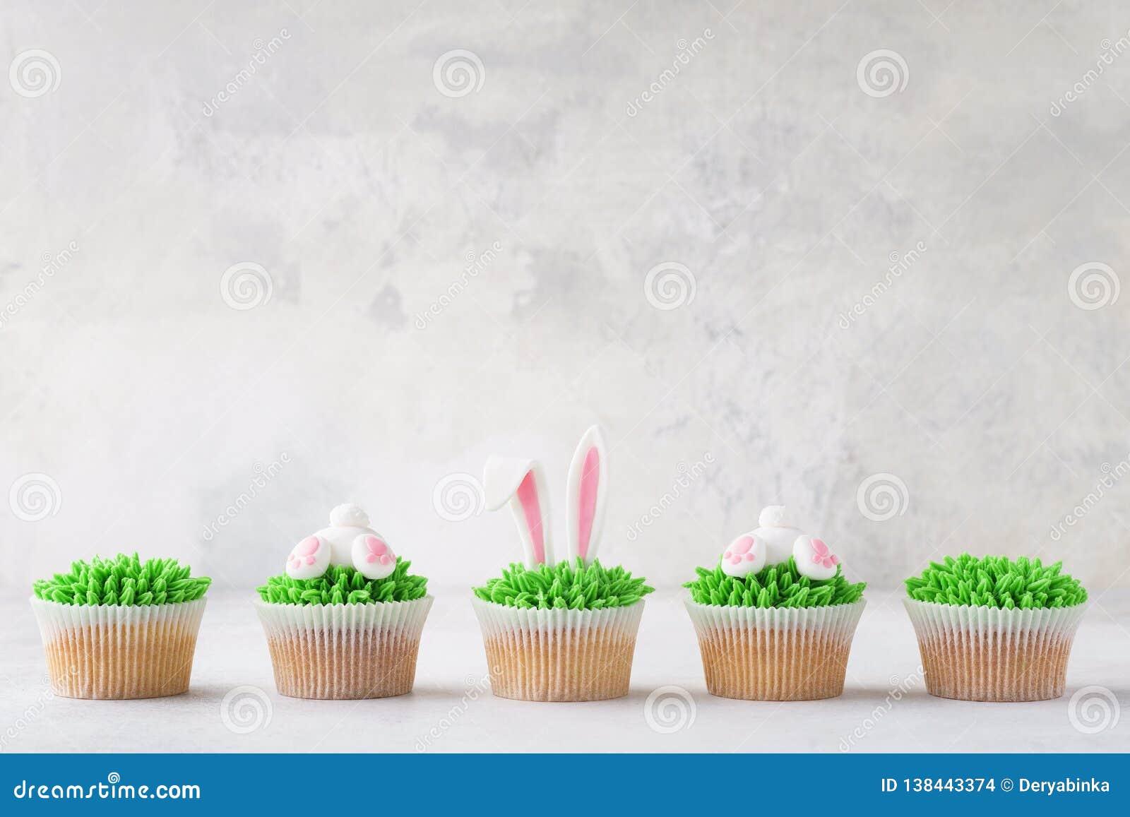 Πάσχα cupcakes σε μια σειρά Διακοσμημένος ως άκρη και αυτιά λαγουδάκι