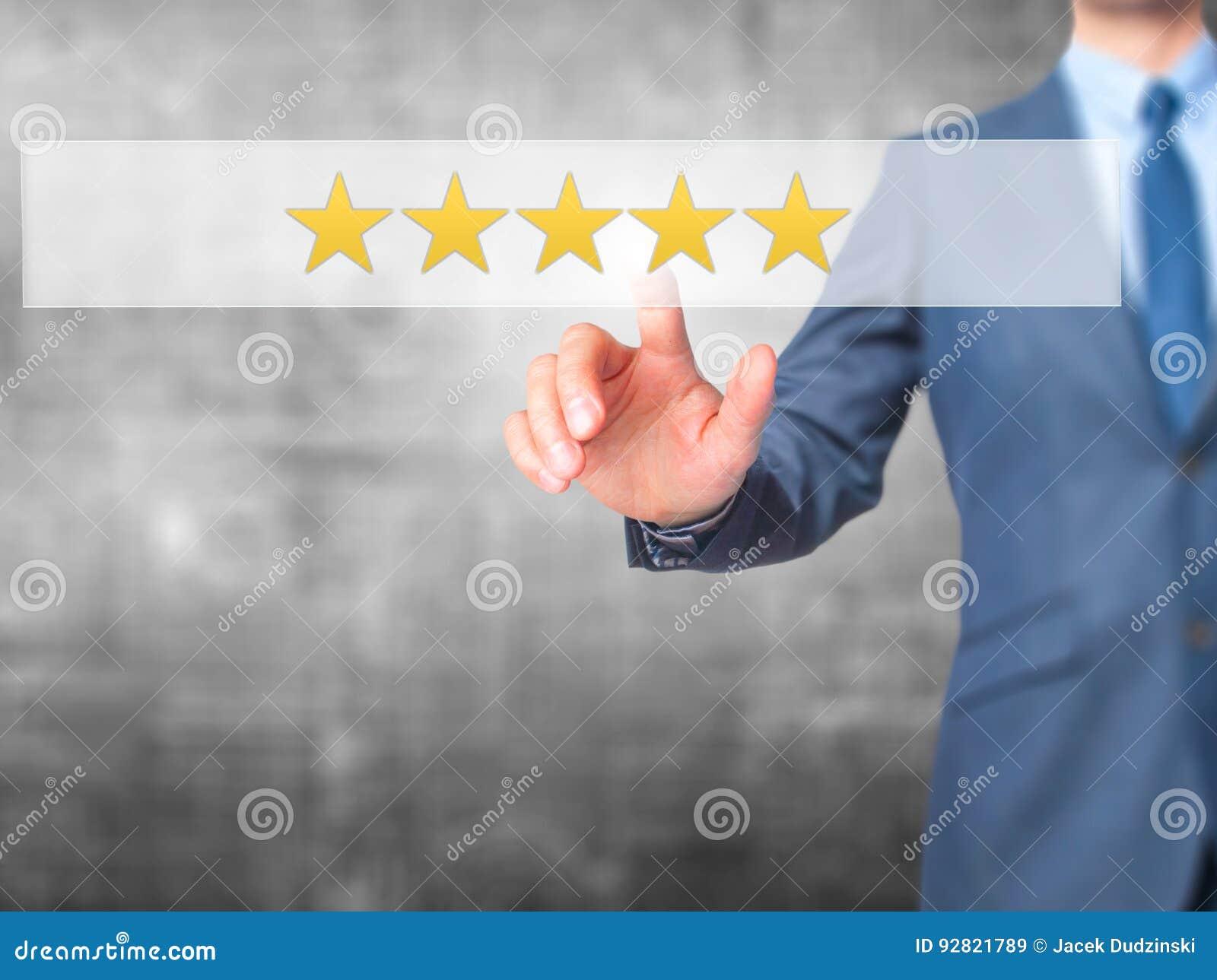 Πέντε αστέρων εκτίμηση - κουμπί συμπίεσης χεριών επιχειρηματιών στο SCR αφής