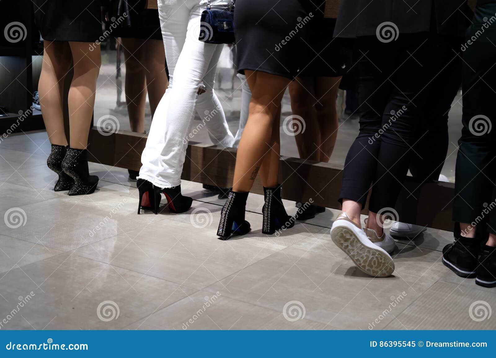 Πέντε ζευγάρια των ποδιών στα φανταχτερά παπούτσια