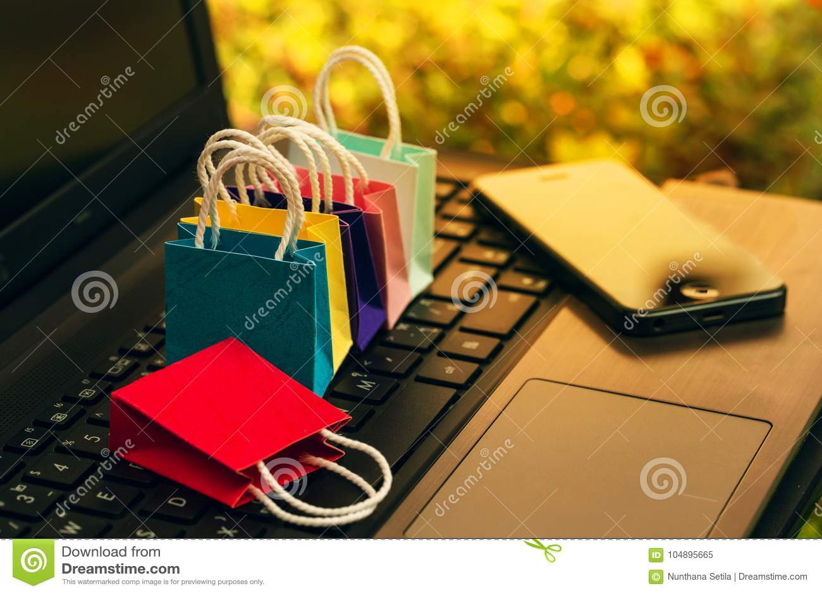 542a1e94fd Πέντε τσάντες αγορών εγγράφου με το κινητό τηλέφωνο σε ένα πληκτρολόγιο  lap-top Ιδέες για on-line να ψωνίσει ή να ψωνίσει στο σπίτι ή το γραφείο  που οι ...