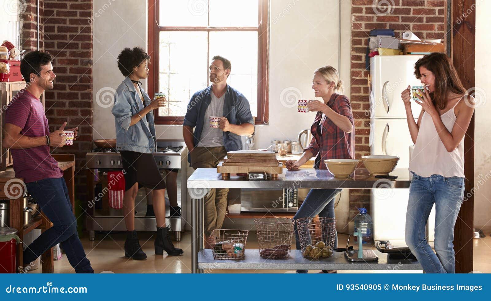 Πέντε φίλοι στέκονται έξω στην κουζίνα, μήκος τετάρτων