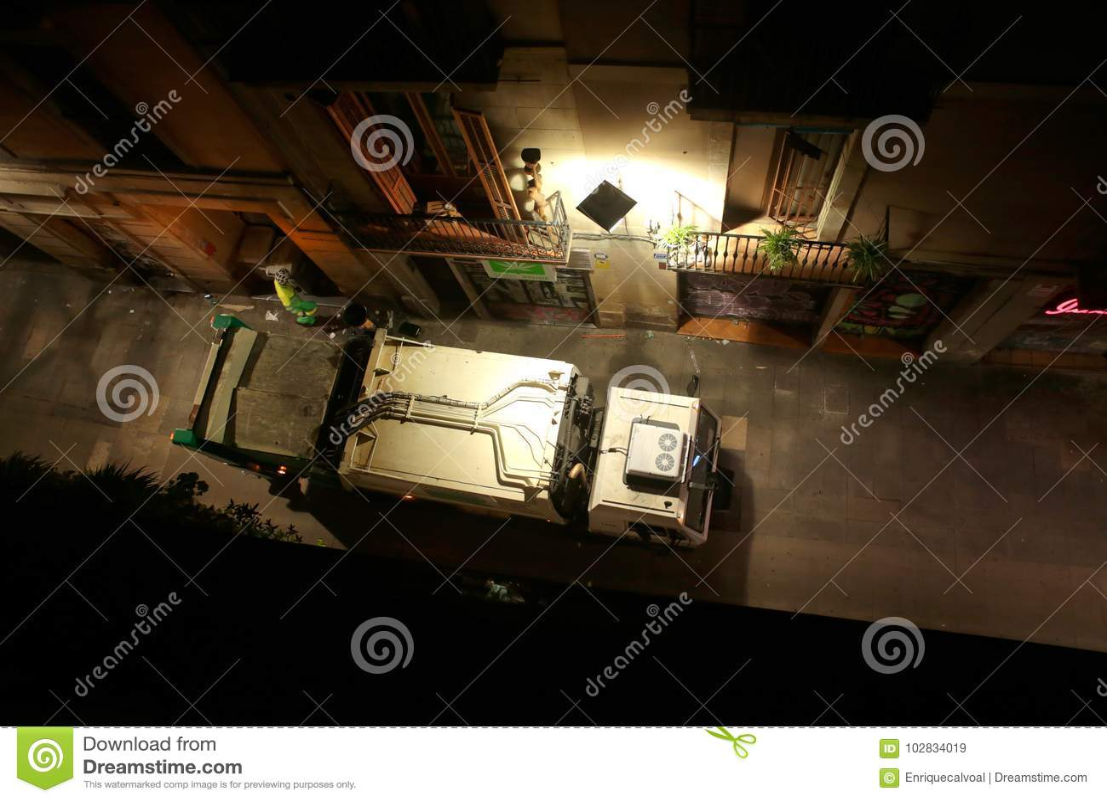 Πέρασμα φορτηγών απορριμάτων σε μια κεντρική οδό στη Βαρκελώνη