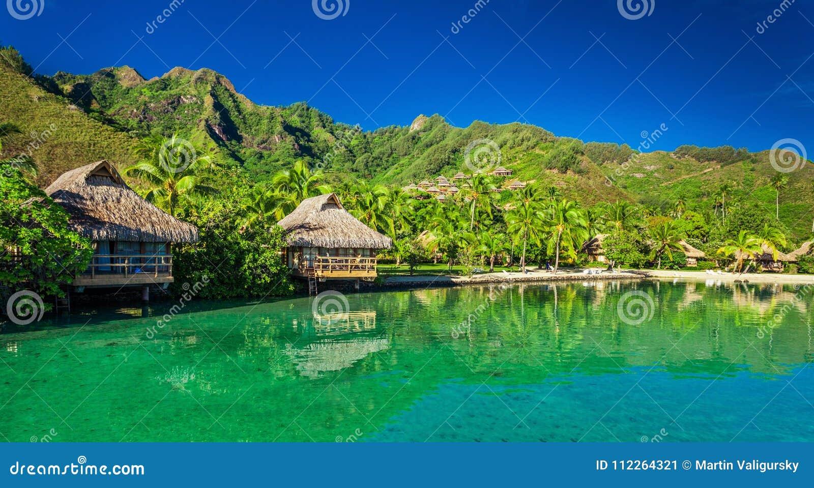 Πέρα από τα μπανγκαλόου νερού και την πράσινη λιμνοθάλασσα σε Moorea, Ταϊτή