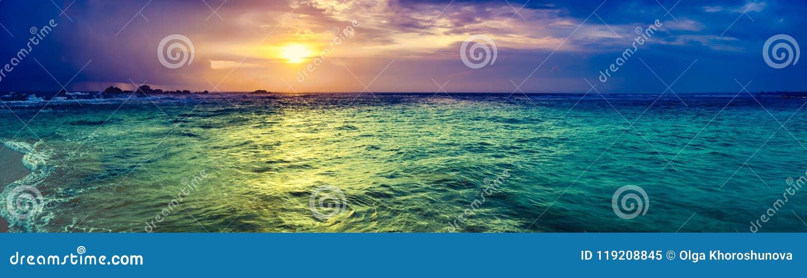 πέρα από το ηλιοβασίλεμα θάλασσας Καταπληκτικό πανόραμα τοπίων
