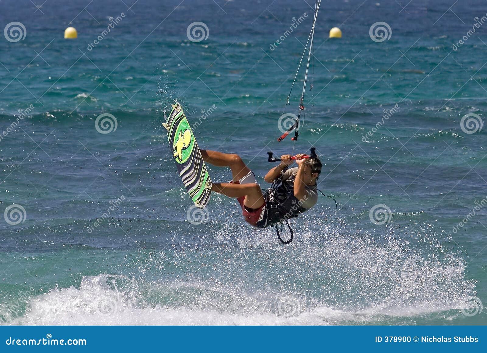 πέταγμα παραλιών αέρα kitesurfer ηλι