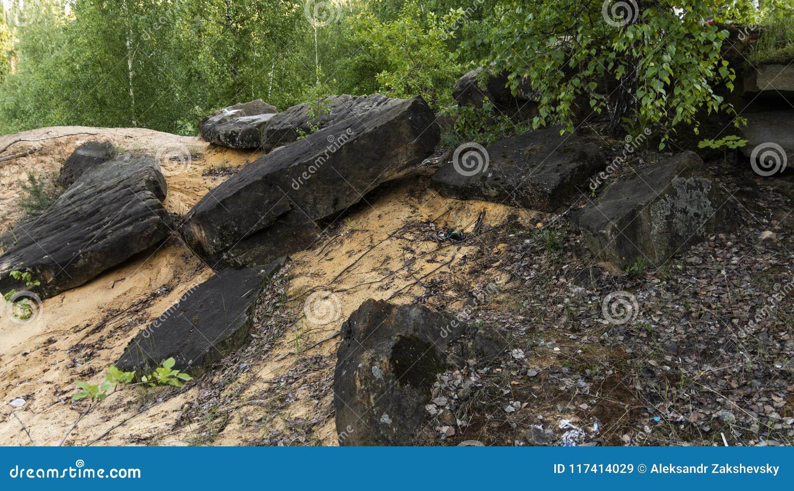 Πέτρες στην κίτρινη άμμο σε ένα λατομείο γρανίτη