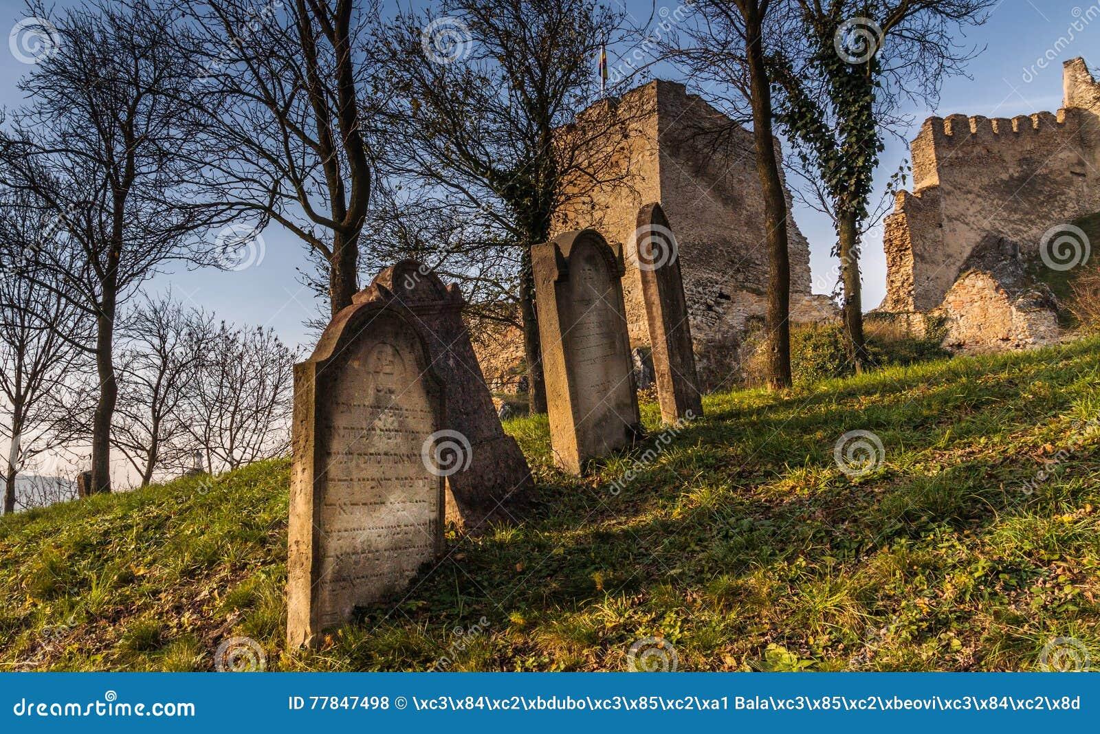 Πέτρες τάφων στο εβραϊκό νεκροταφείο κάτω από το μεσαιωνικό κάστρο Beckov