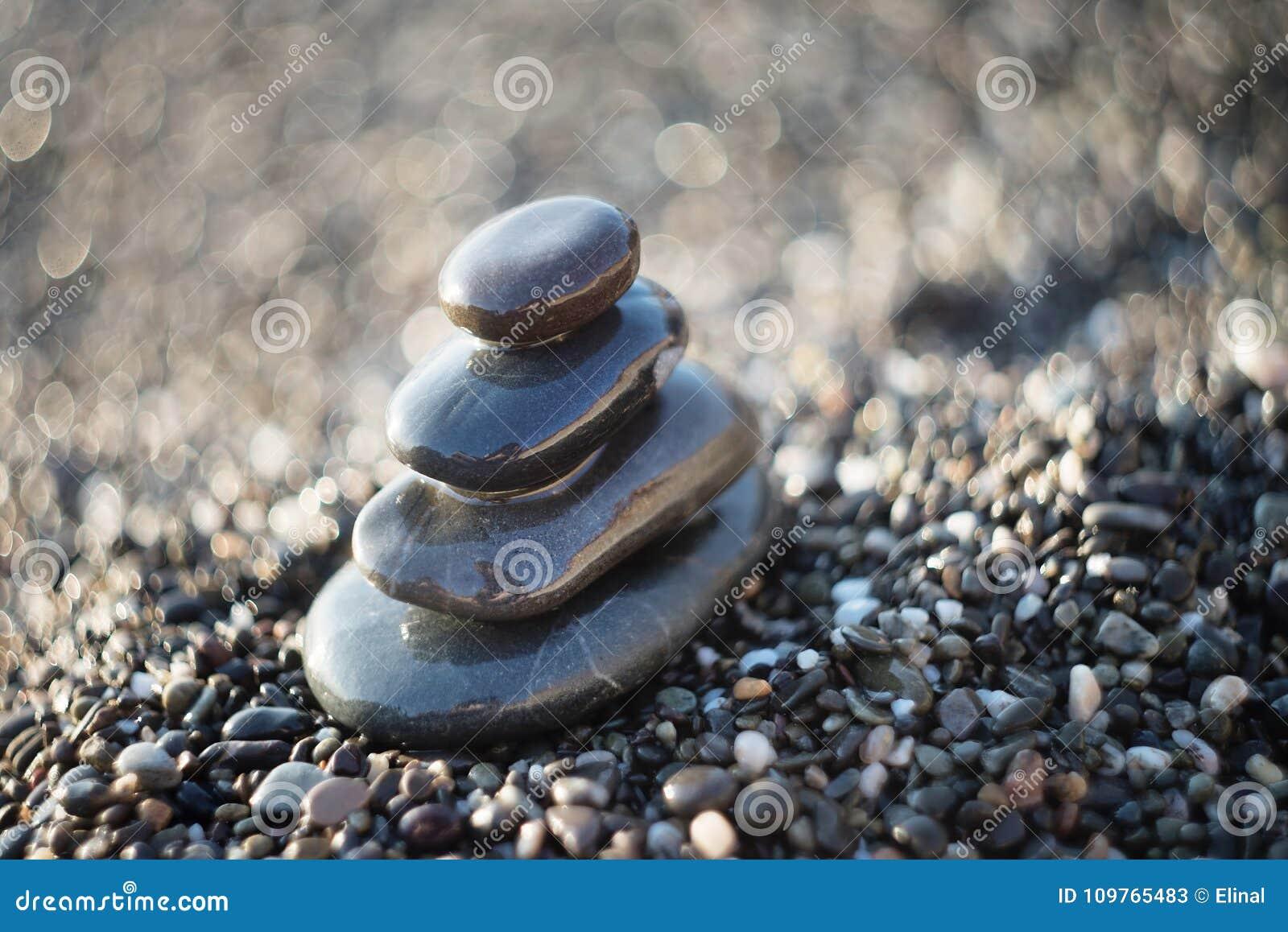 Πέτρες της Zen στο αμμοχάλικο, σύμβολο του βουδισμού