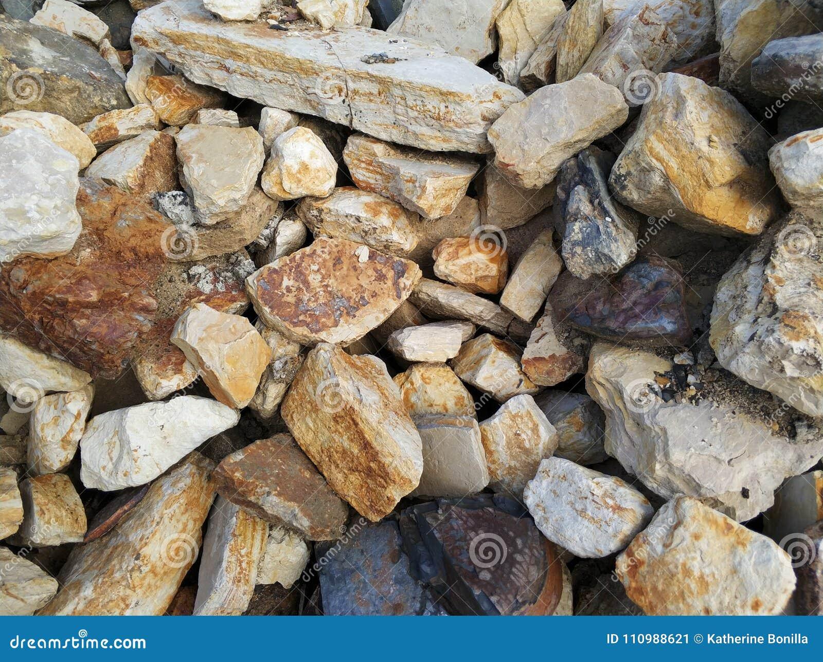 Πέτρινες καφετιές μεγάλες πέτρες τοίχων