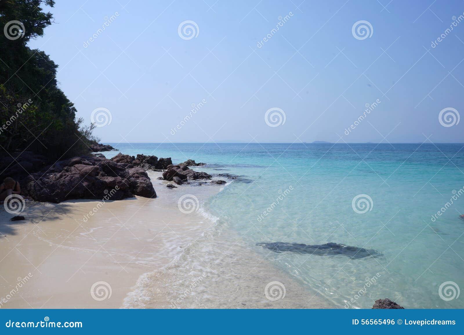 Download Πέτρινη θάλασσα παραλιών άμμου στην Ταϊλάνδη Στοκ Εικόνες - εικόνα από κανένας, κολυμπήστε: 56565496