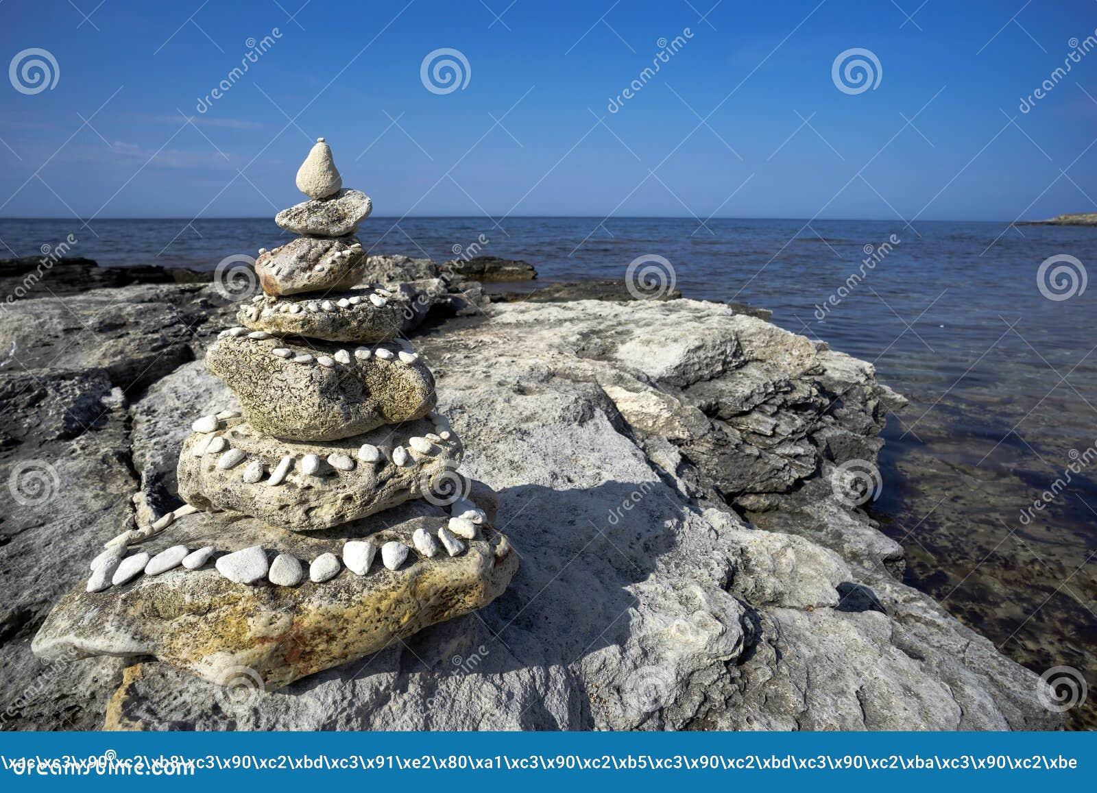 Download Πέτρινη πυραμίδα στην παραλία Στοκ Εικόνες - εικόνα από ισορροπία, τοπίο: 56562546