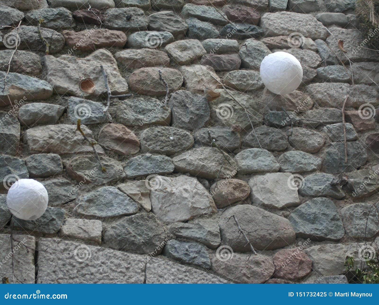 Πέτρινος τοίχος με τις διακοσμήσεις που κρεμούν σε ένα μεσαιωνικό towe