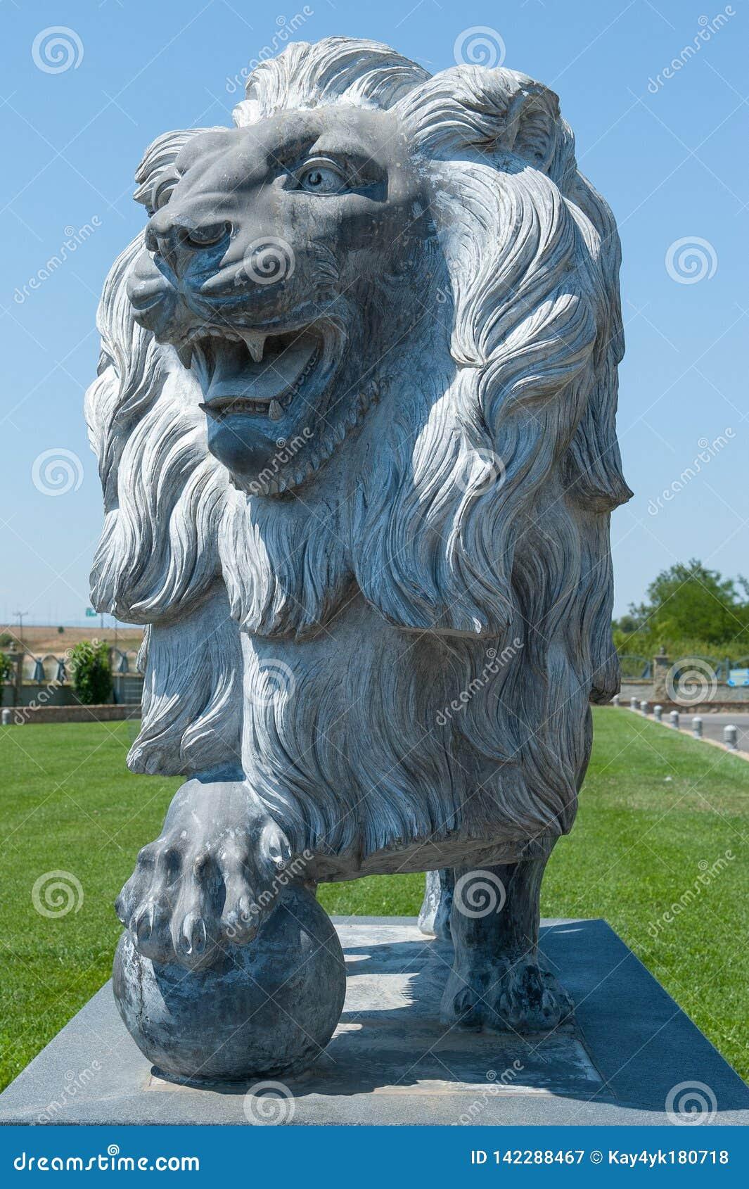 Πέτρινο λιοντάρι, άγαλμα ενός λιονταριού, λιοντάρι με μια σφαίρα