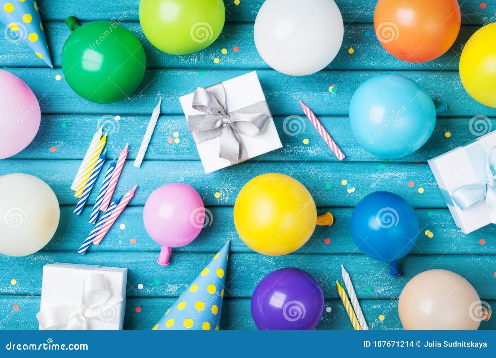 Πίνακας γενεθλίων κόμματος Ζωηρόχρωμο μπαλόνια, δώρα, κομφετί και καρναβάλι ΚΑΠ στην μπλε άποψη επιτραπέζιων κορυφών Ανεφοδιασμός