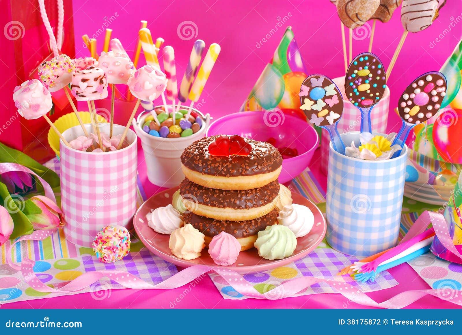 Πίνακας γιορτής γενεθλίων με τα λουλούδια και τα γλυκά για τα παιδιά